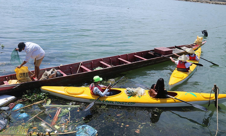 Nhiều người vô tư xả rác, còn khách Tây bỏ 10 USD để mua tour du lịch vớt rác trên sông Hoài, Hội An - Ảnh 5.