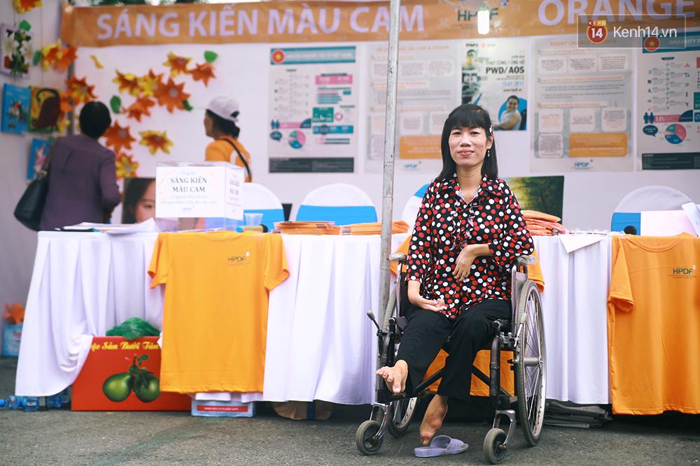 Họa sĩ khuyết tật Lê Minh Châu vẽ chân dung học trò để triển lãm tại gian hàng Sáng kiến Màu cam - Ảnh 10.