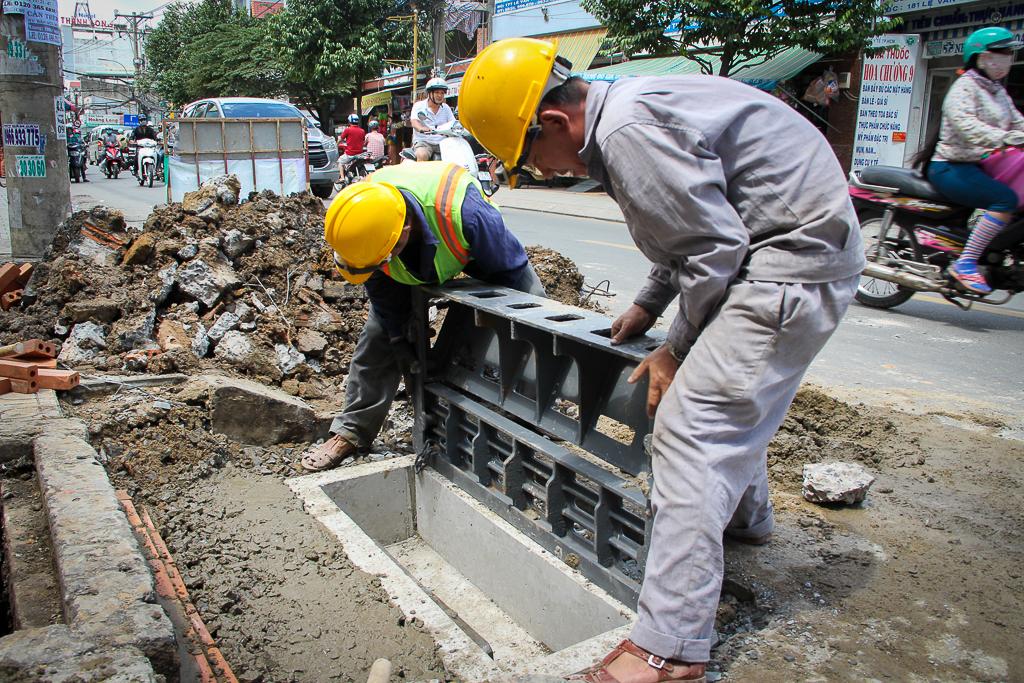Hàng trăm hố ga thông minh được lắp đặt để ngăn mùi hôi, chặn rác chống ngập trên phố Sài Gòn - Ảnh 2.