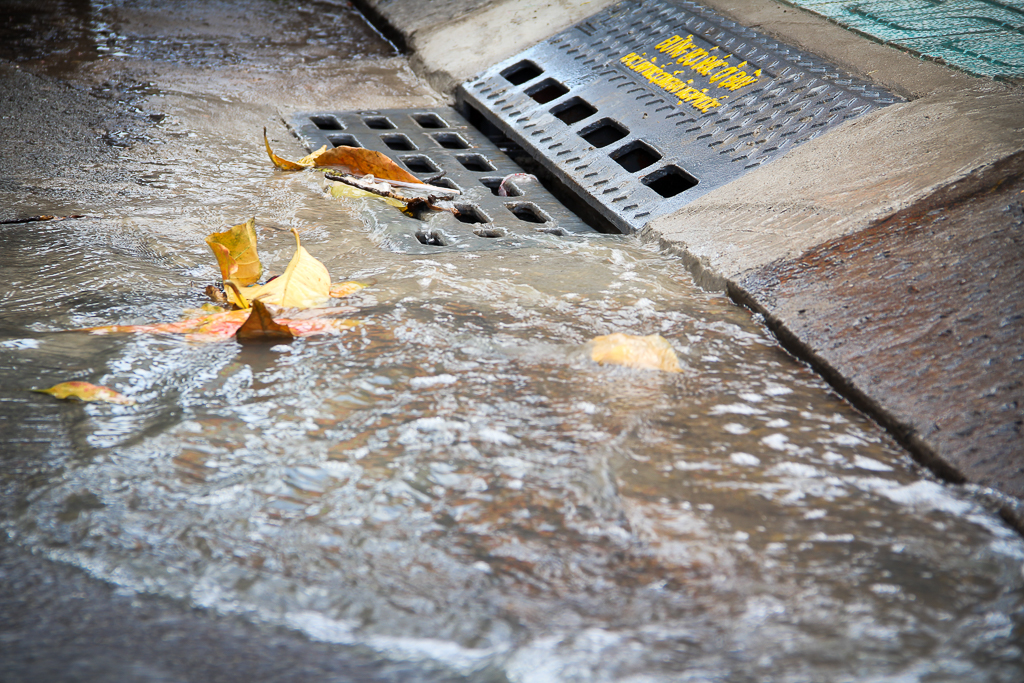 Hàng trăm hố ga thông minh được lắp đặt để ngăn mùi hôi, chặn rác chống ngập trên phố Sài Gòn - Ảnh 5.