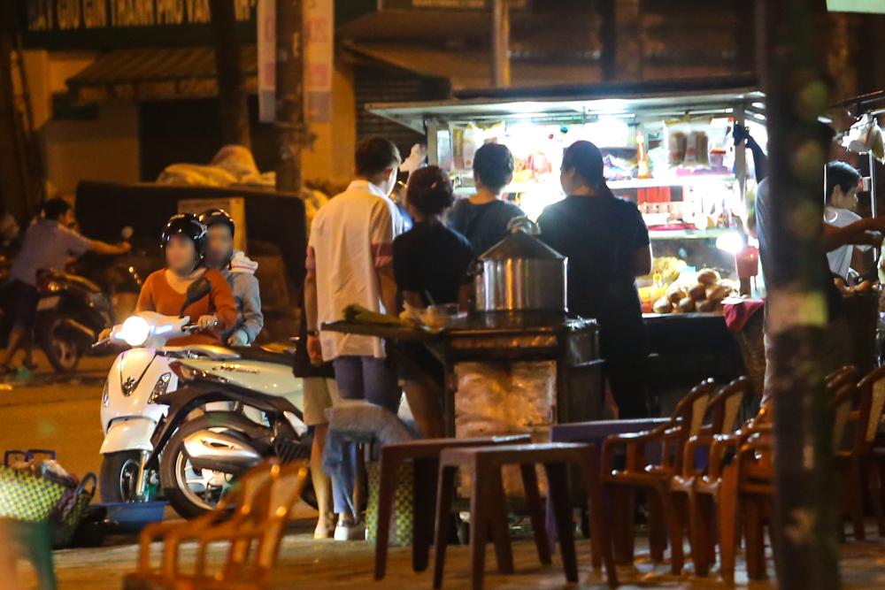 Bắt gặp Trấn Thành và Hari Won bị hỏng xe giữa đường lúc nửa đêm - Ảnh 2.