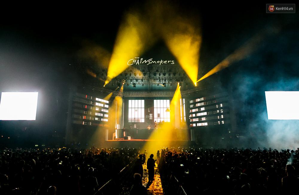 Clip: The Chainsmokers biểu diễn siêu hit Closer tại Việt Nam - Ảnh 1.