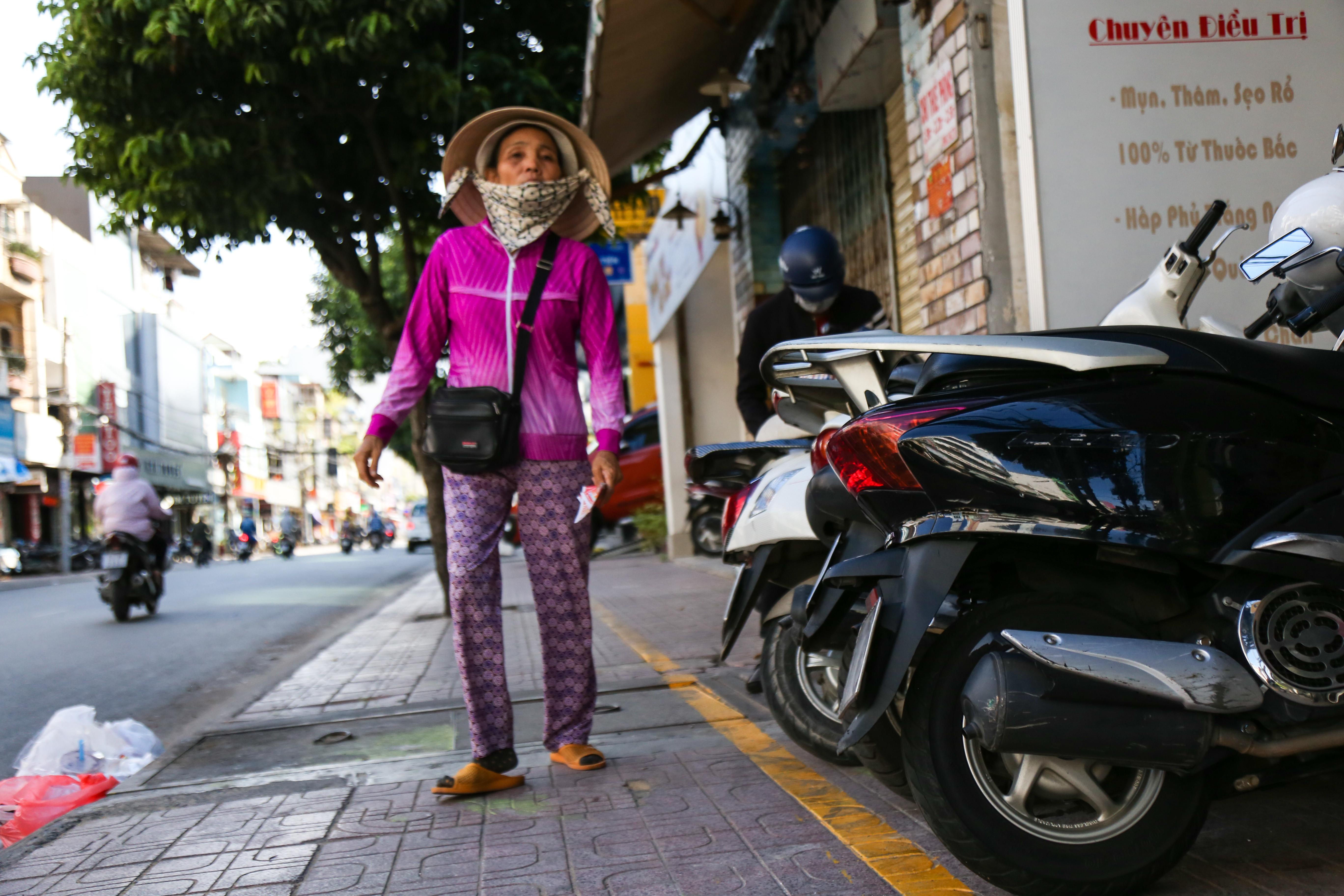 Vỉa hè Sài Gòn sau khi được phân chia bằng vạch kẻ: Người đi bộ thoải mái, dân buôn bán hài lòng - Ảnh 6.