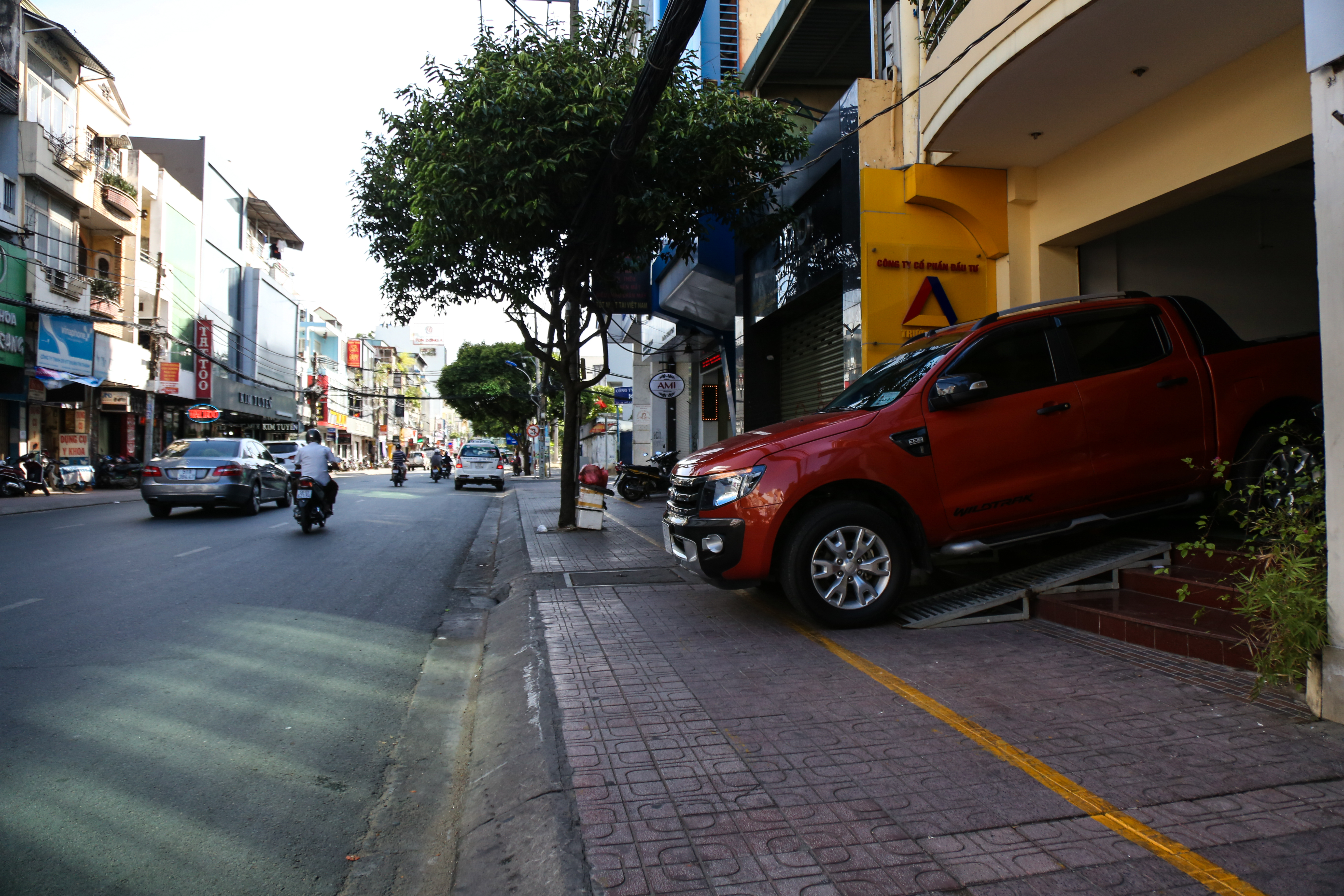 Vỉa hè Sài Gòn sau khi được phân chia bằng vạch kẻ: Người đi bộ thoải mái, dân buôn bán hài lòng - Ảnh 5.