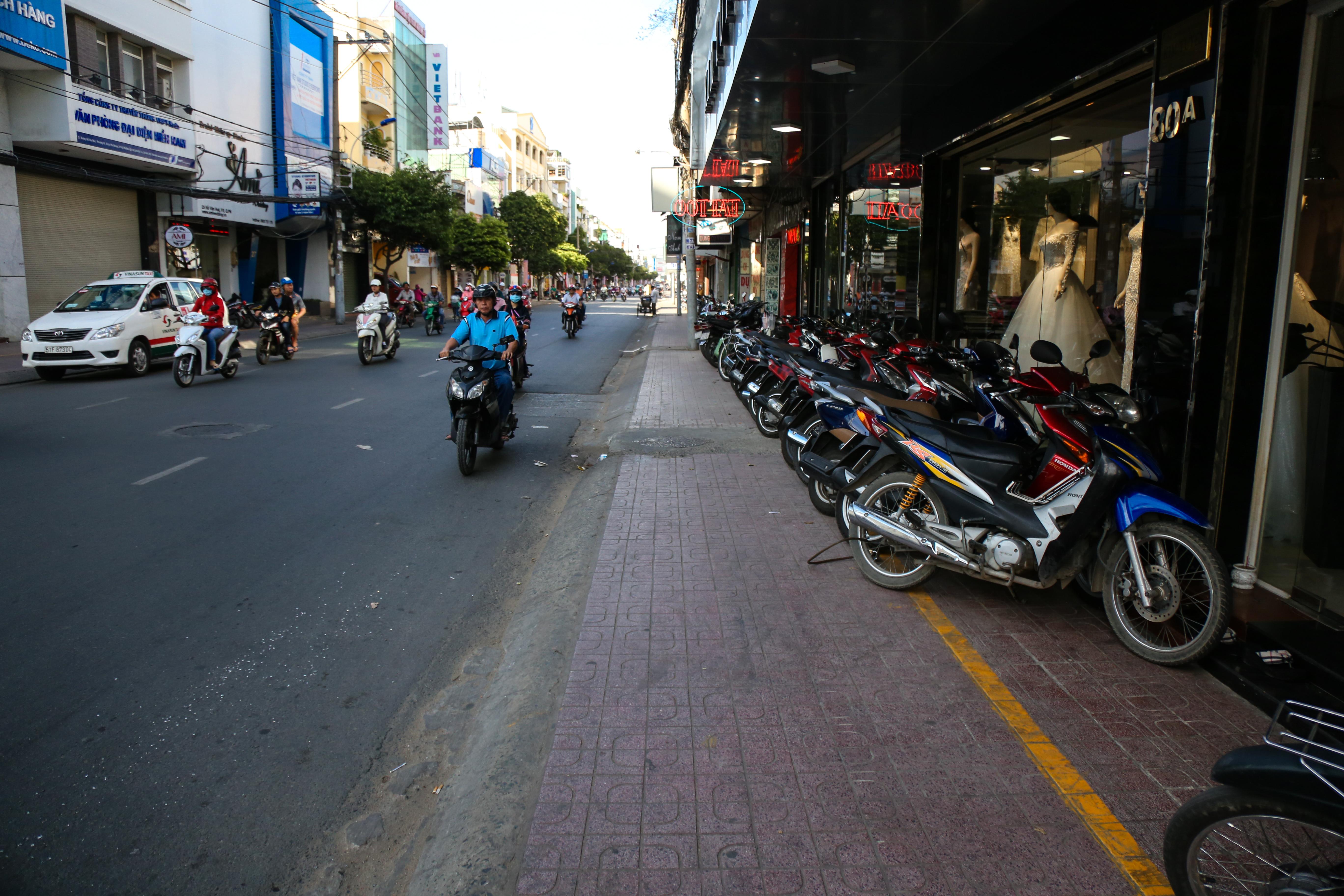 Vỉa hè Sài Gòn sau khi được phân chia bằng vạch kẻ: Người đi bộ thoải mái, dân buôn bán hài lòng - Ảnh 4.
