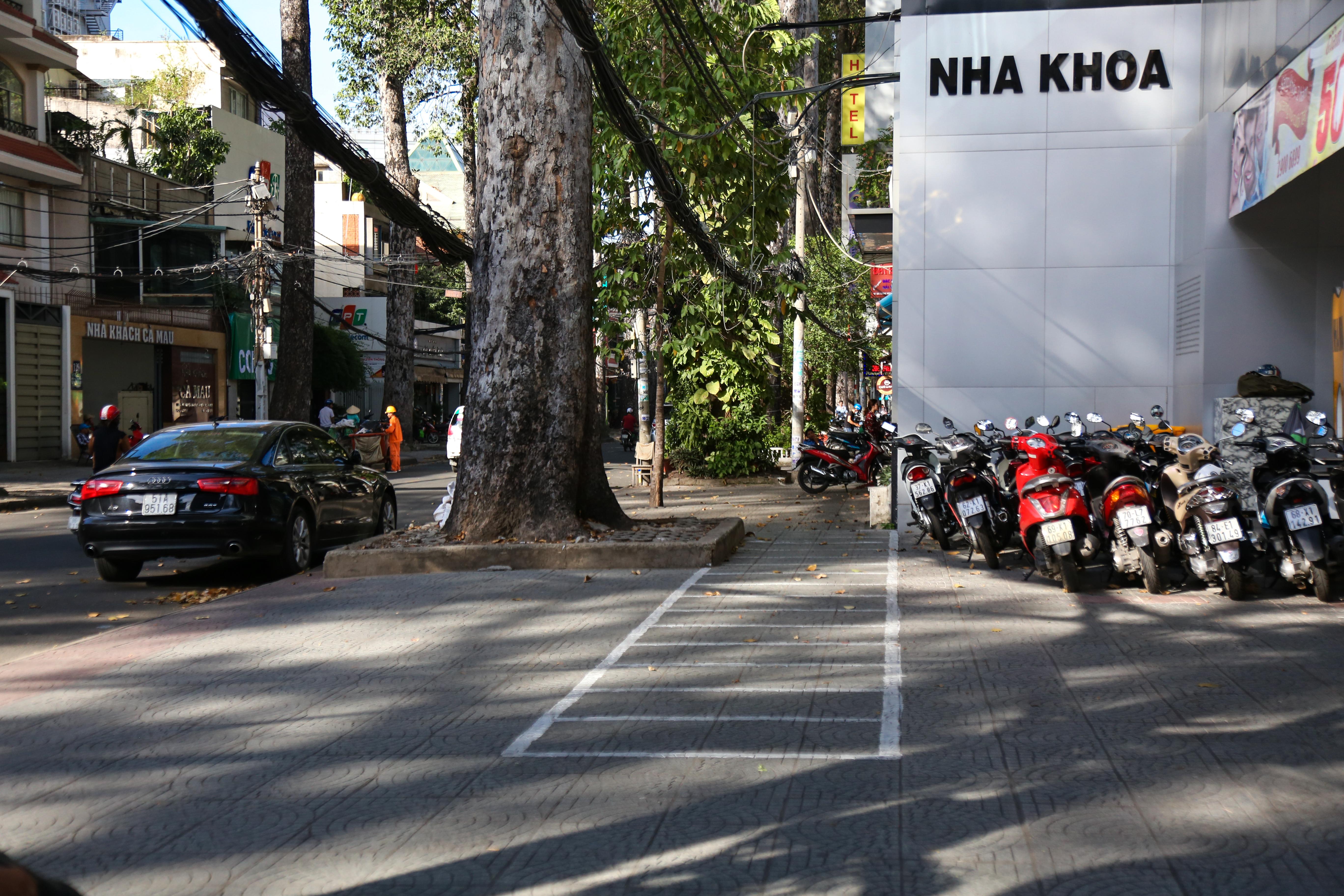 Vỉa hè Sài Gòn sau khi được phân chia bằng vạch kẻ: Người đi bộ thoải mái, dân buôn bán hài lòng - Ảnh 7.