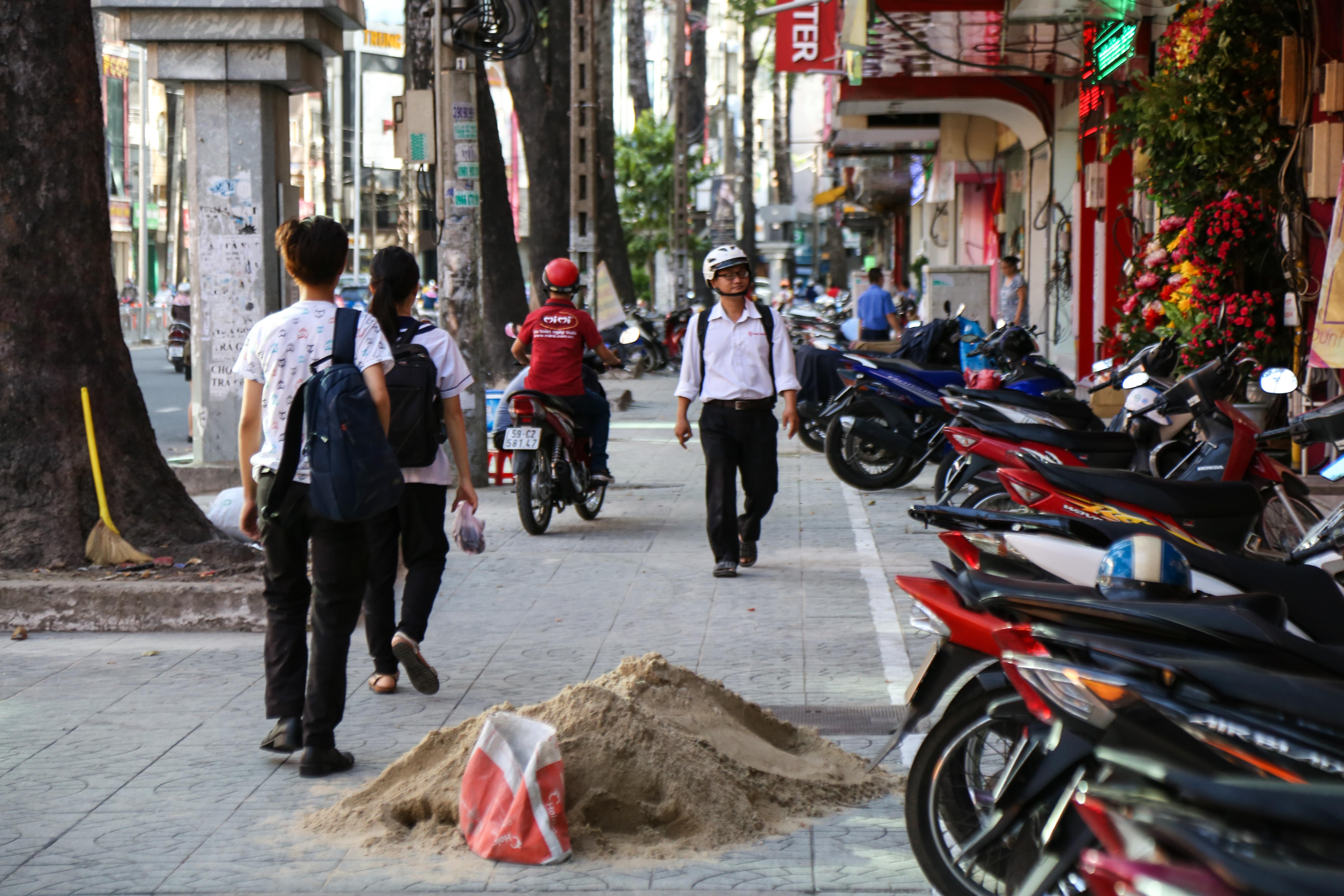 Vỉa hè Sài Gòn sau khi được phân chia bằng vạch kẻ: Người đi bộ thoải mái, dân buôn bán hài lòng - Ảnh 12.