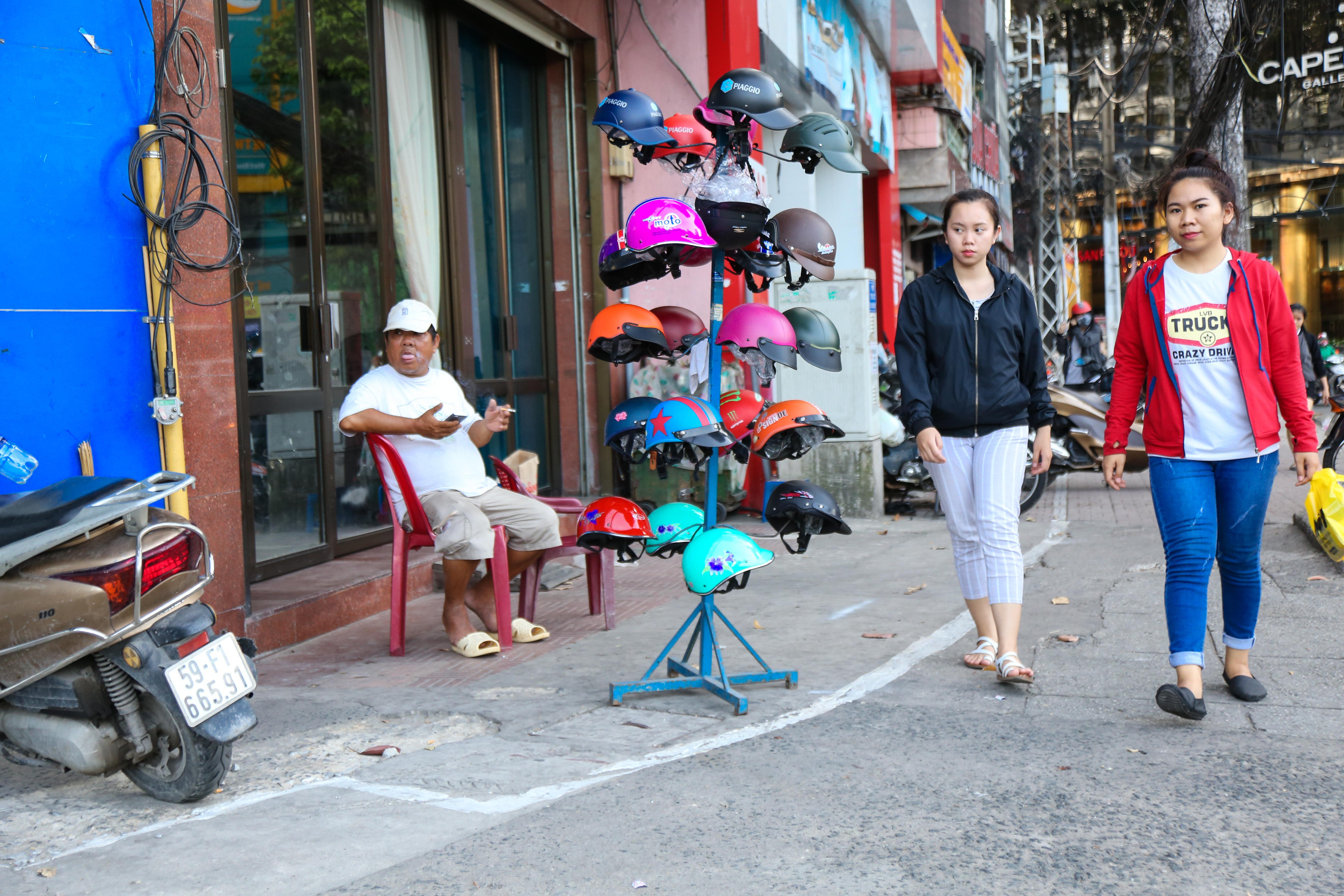 Vỉa hè Sài Gòn sau khi được phân chia bằng vạch kẻ: Người đi bộ thoải mái, dân buôn bán hài lòng - Ảnh 10.