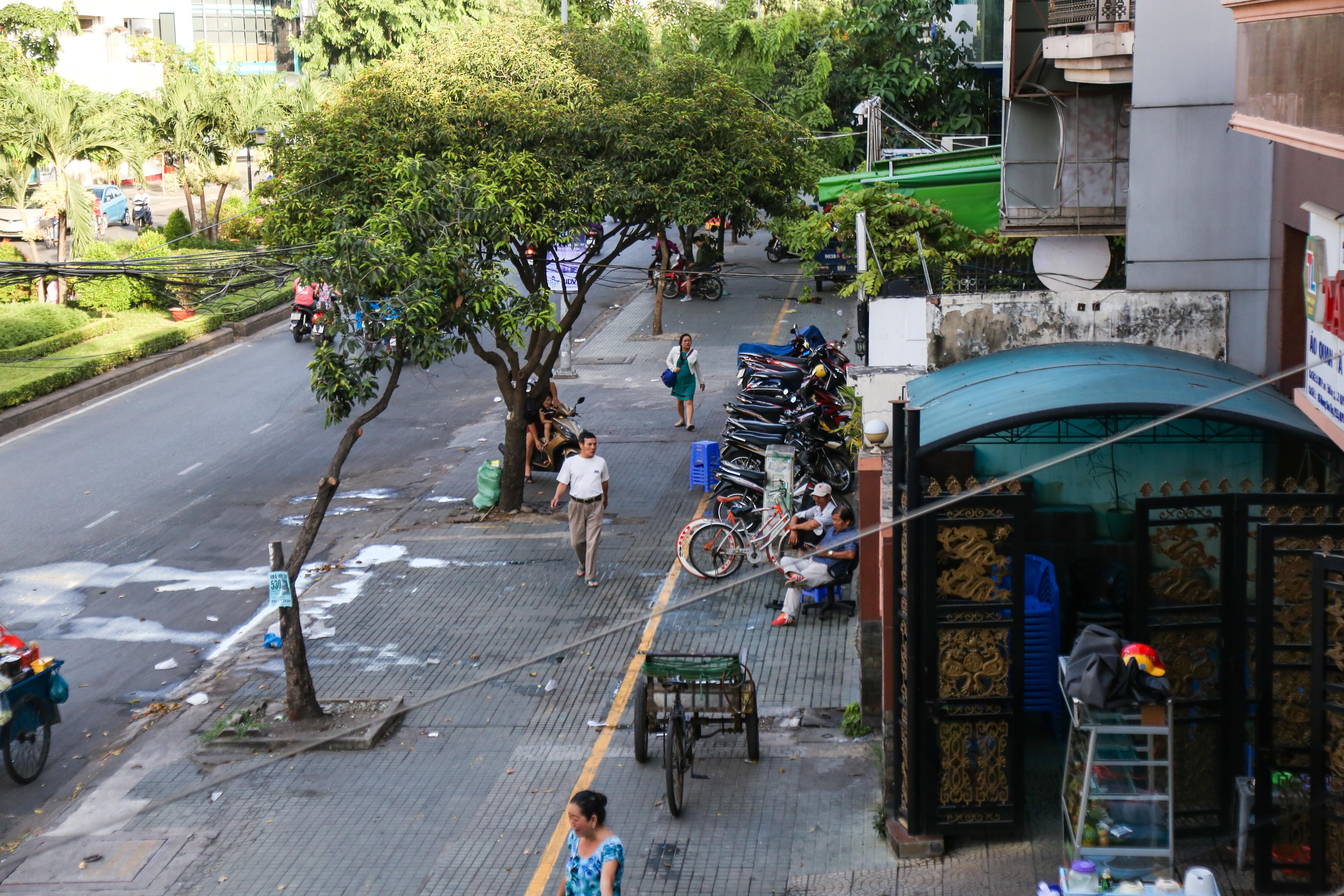 Vỉa hè Sài Gòn sau khi được phân chia bằng vạch kẻ: Người đi bộ thoải mái, dân buôn bán hài lòng - Ảnh 1.