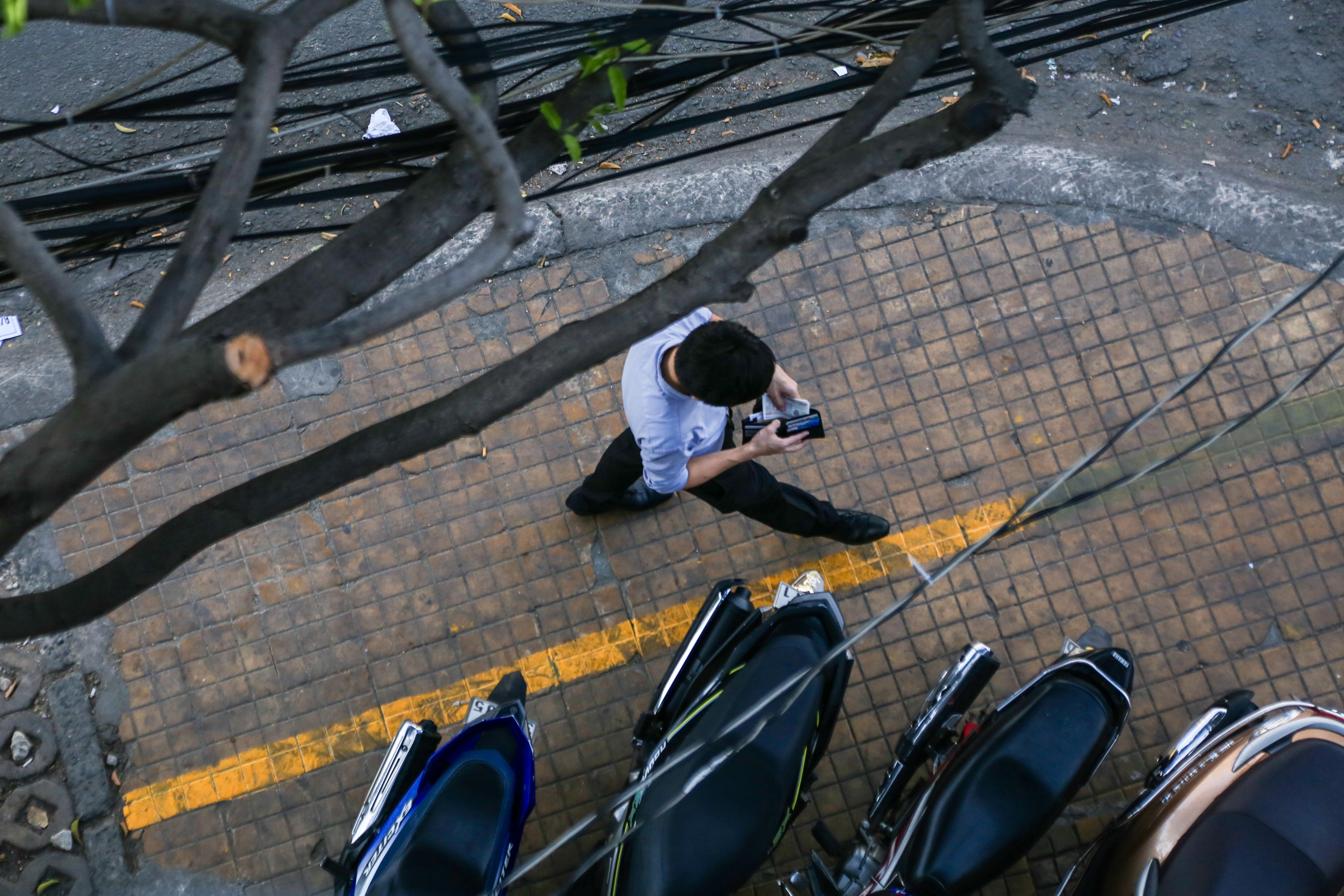 Vỉa hè Sài Gòn sau khi được phân chia bằng vạch kẻ: Người đi bộ thoải mái, dân buôn bán hài lòng - Ảnh 3.