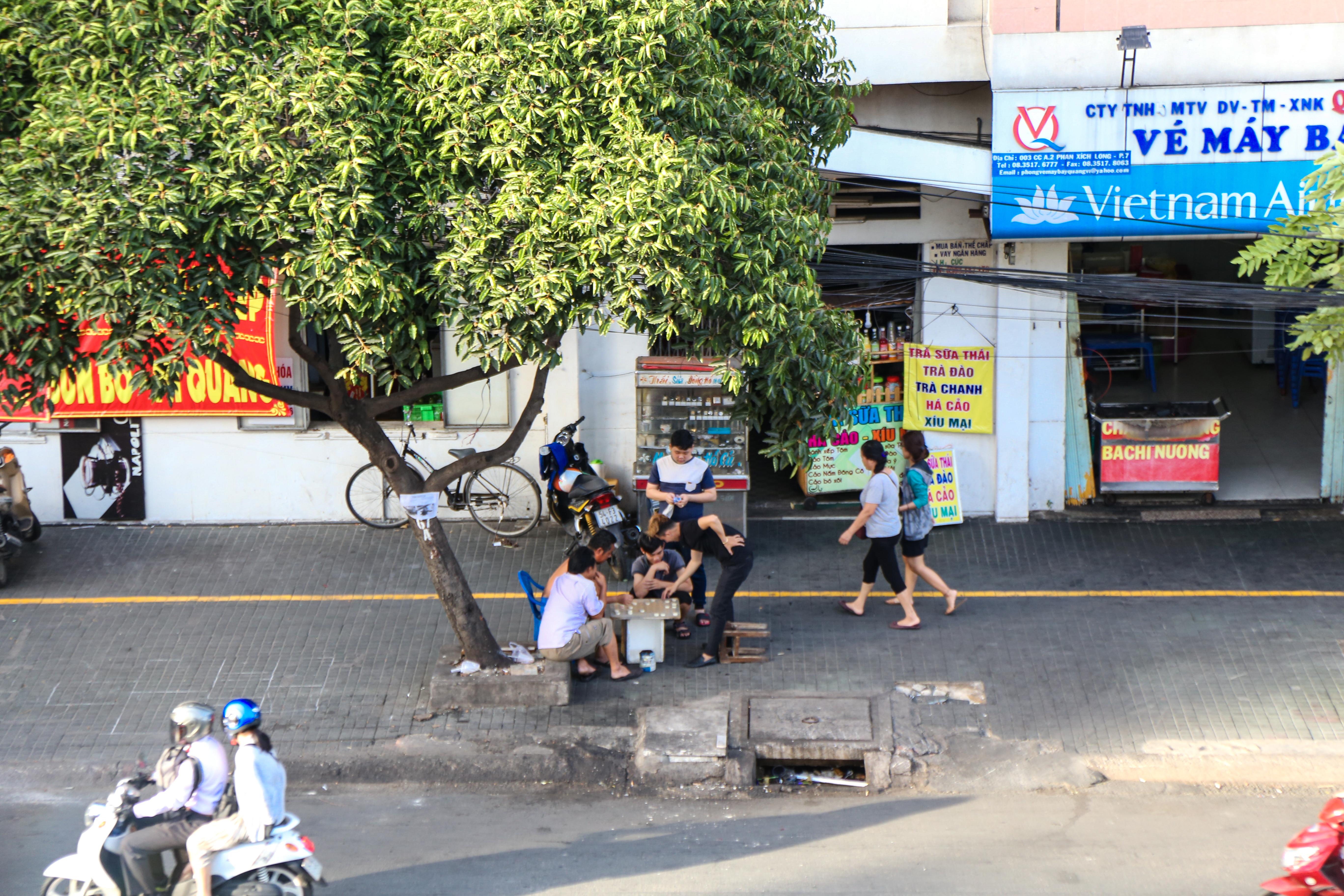 Vỉa hè Sài Gòn sau khi được phân chia bằng vạch kẻ: Người đi bộ thoải mái, dân buôn bán hài lòng - Ảnh 2.