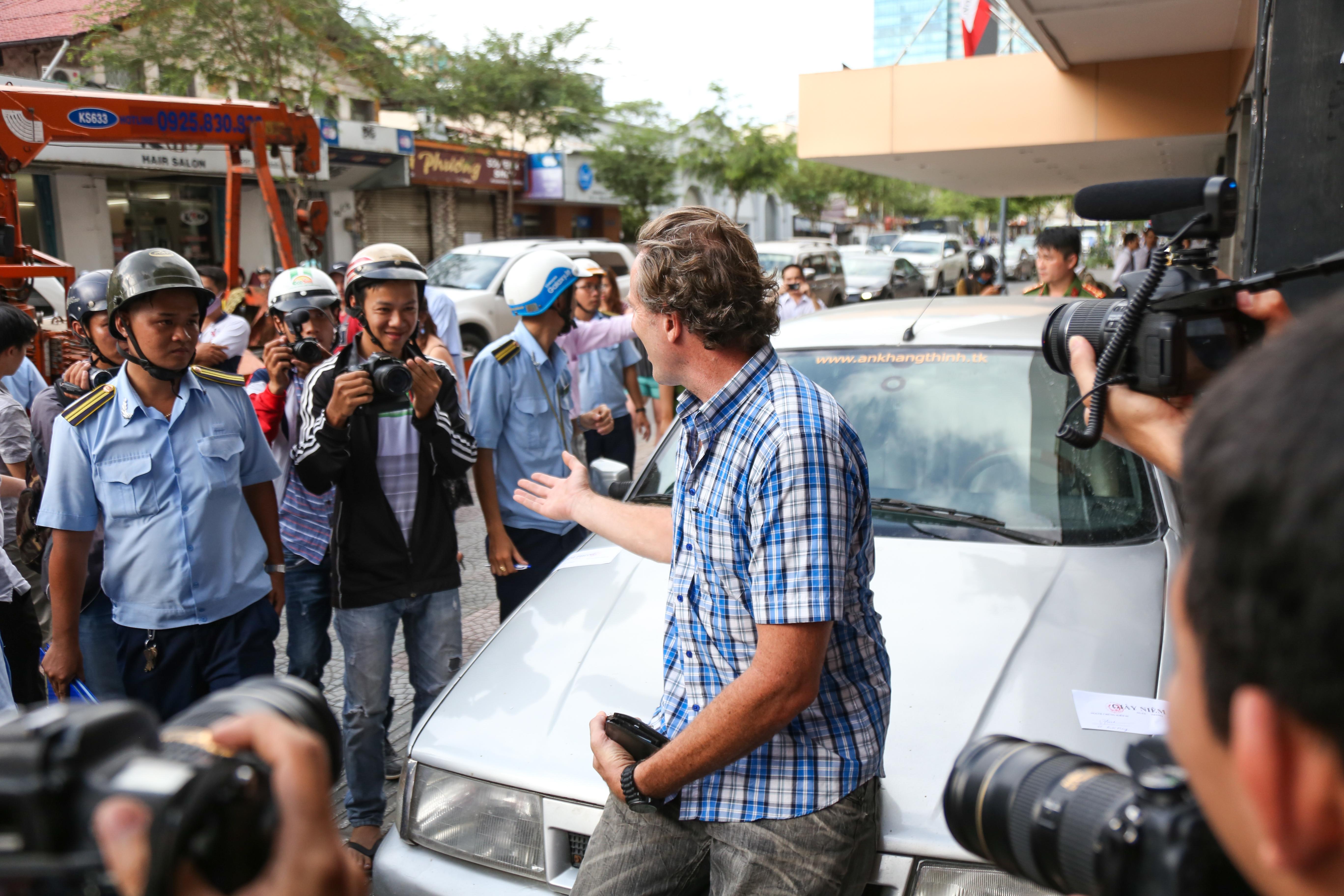 Clip: Ông Tây ở Sài Gòn ngơ ngác khi xe ô tô của mình bị cẩu đi vì lấn chiếm vỉa hè - Ảnh 2.