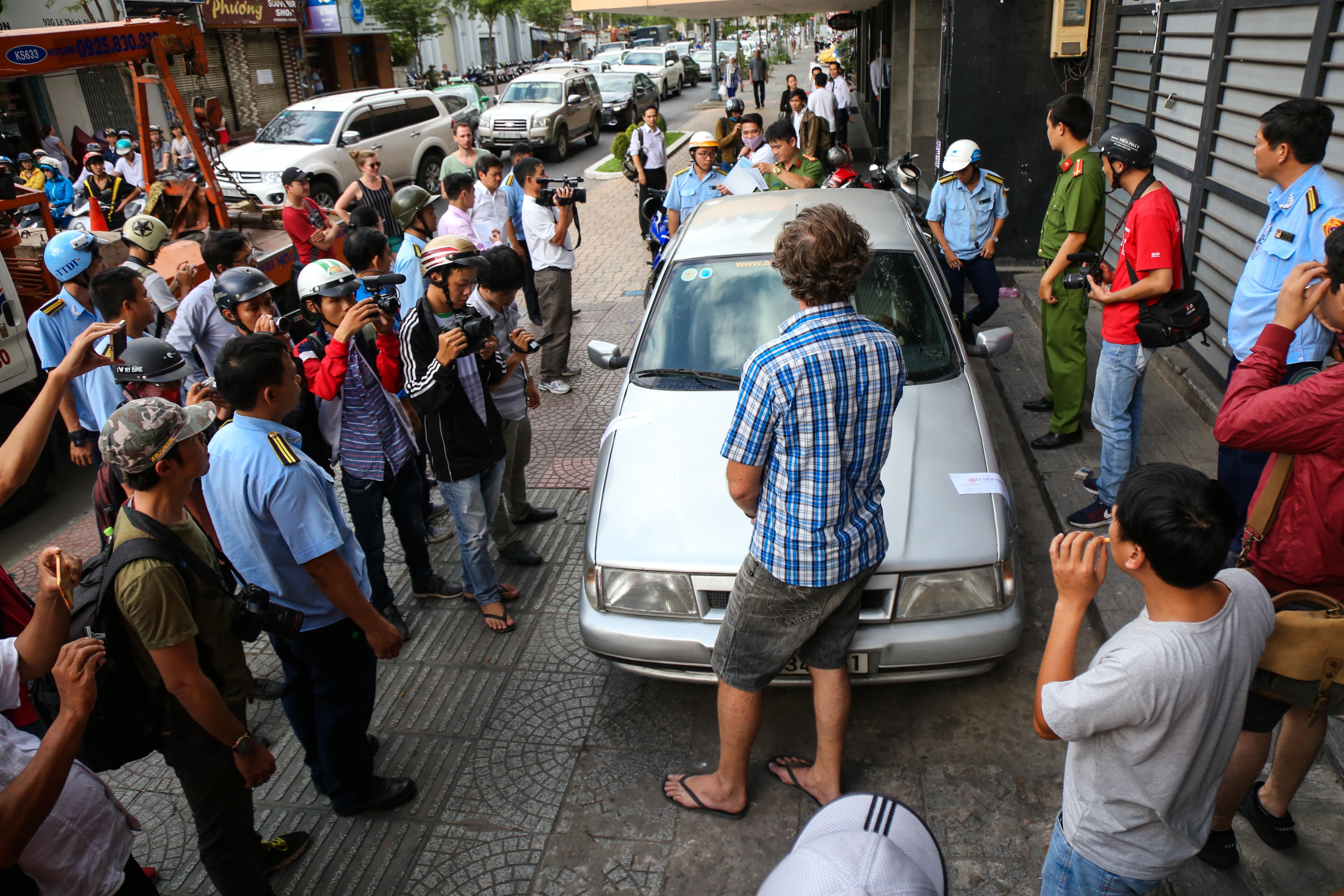 Clip: Ông Tây ở Sài Gòn ngơ ngác khi xe ô tô của mình bị cẩu đi vì lấn chiếm vỉa hè - Ảnh 1.
