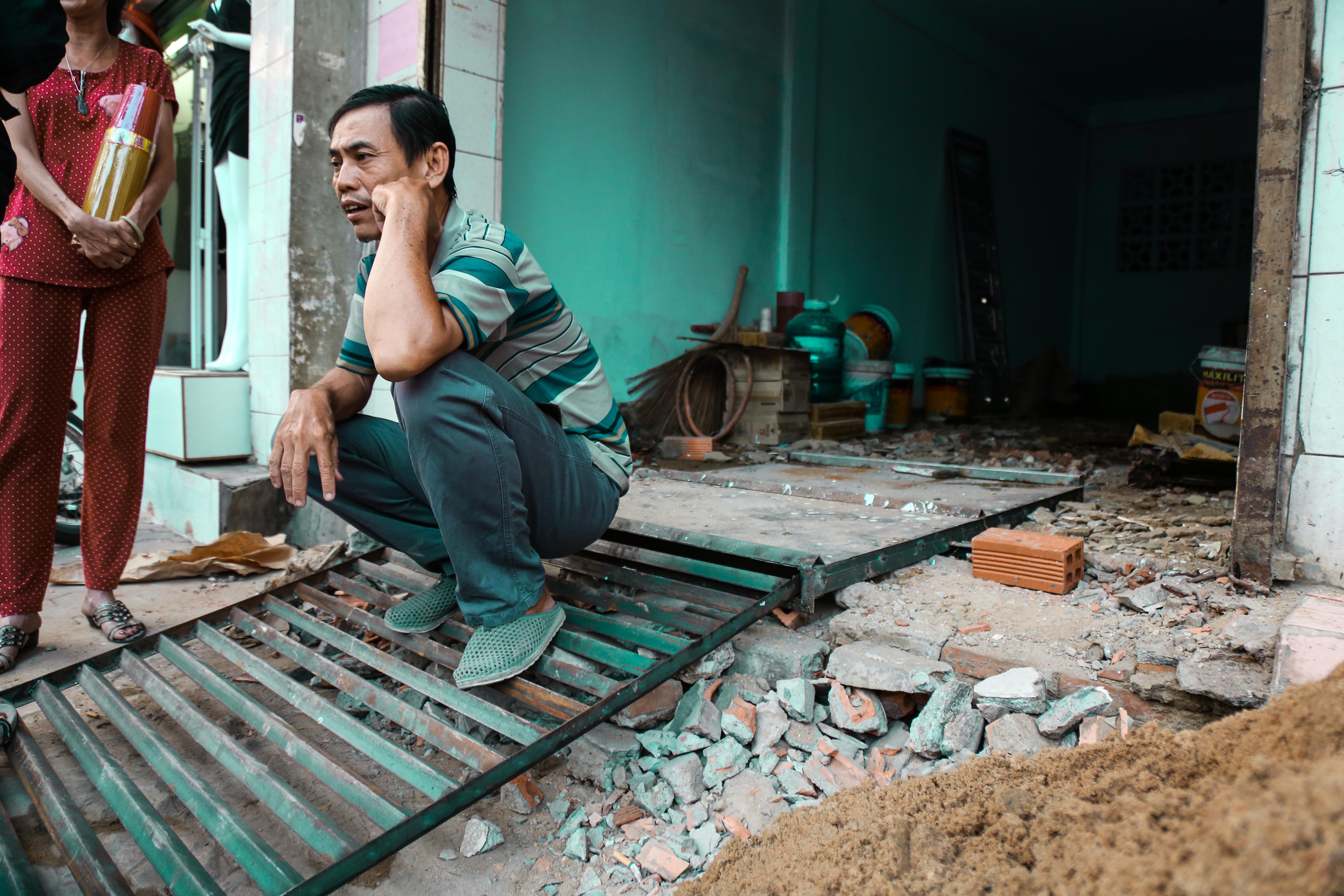 Cái khó ló cái khôn: Người Sài Gòn lắp bậc tam cấp di động như hộp tủ để không lấn chiếm vỉa hè - Ảnh 4.