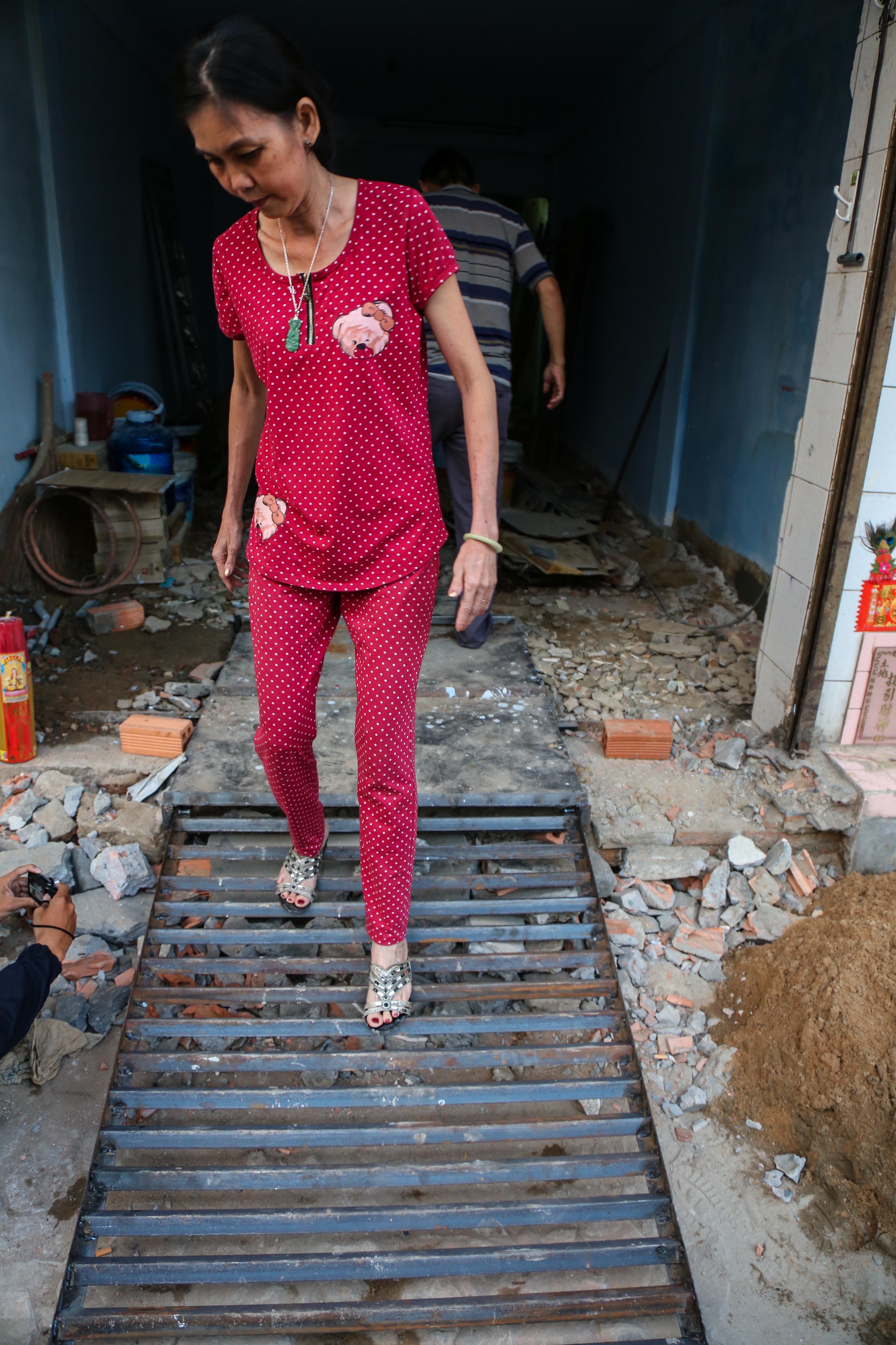 Cái khó ló cái khôn: Người Sài Gòn lắp bậc tam cấp di động như hộp tủ để không lấn chiếm vỉa hè - Ảnh 3.