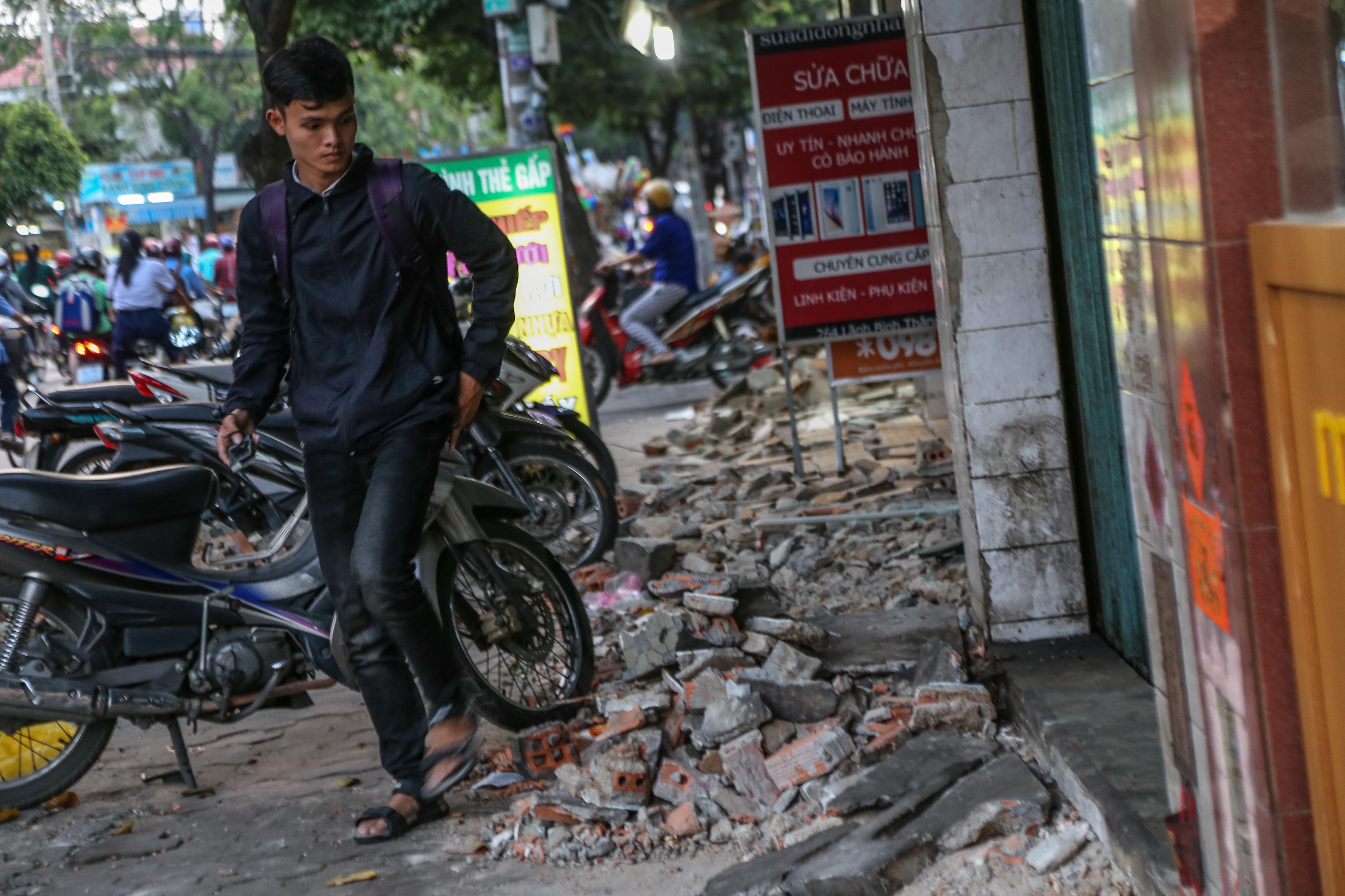 Cái khó ló cái khôn: Người Sài Gòn lắp bậc tam cấp di động như hộp tủ để không lấn chiếm vỉa hè - Ảnh 1.