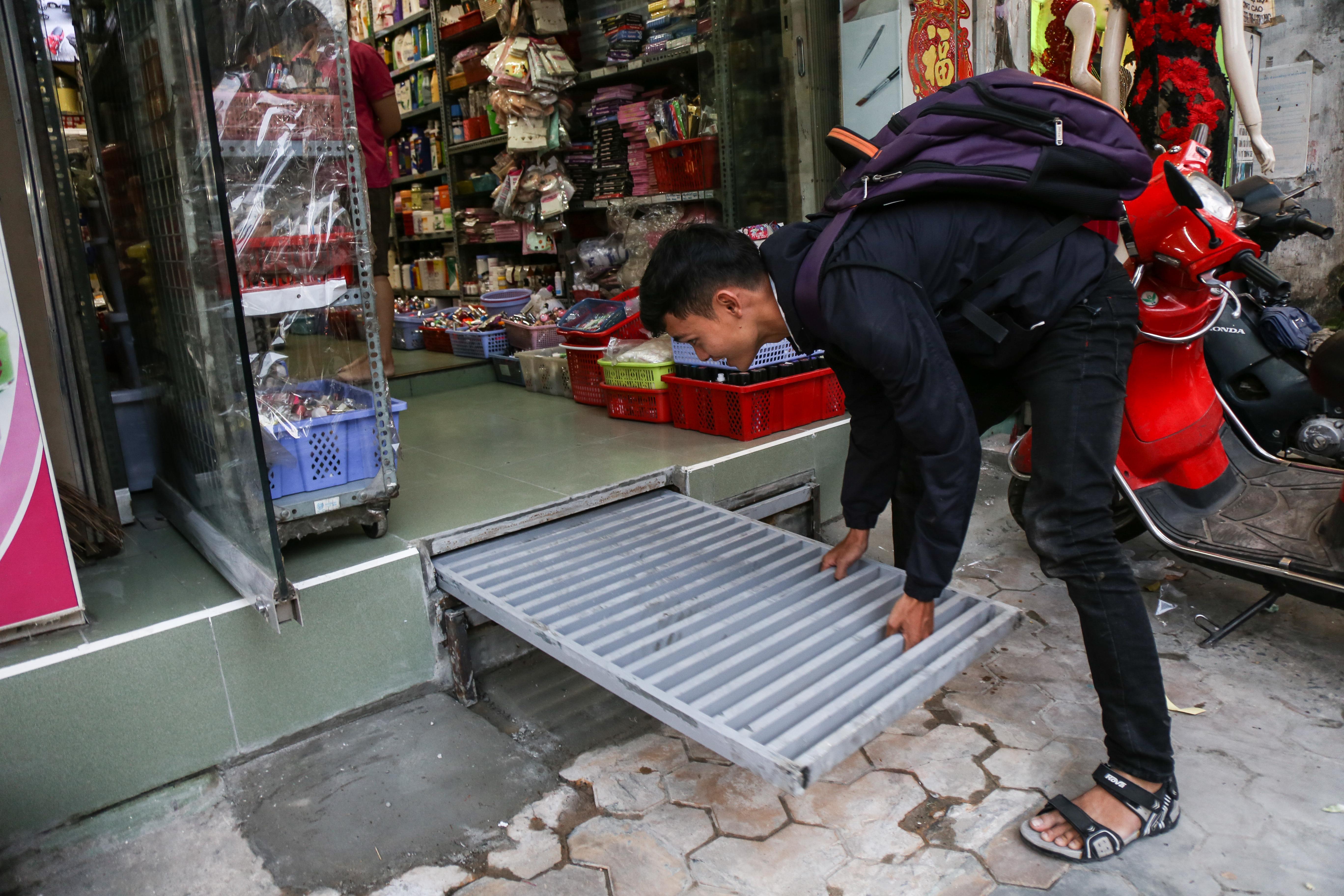 Cái khó ló cái khôn: Người Sài Gòn lắp bậc tam cấp di động như hộp tủ để không lấn chiếm vỉa hè - Ảnh 8.