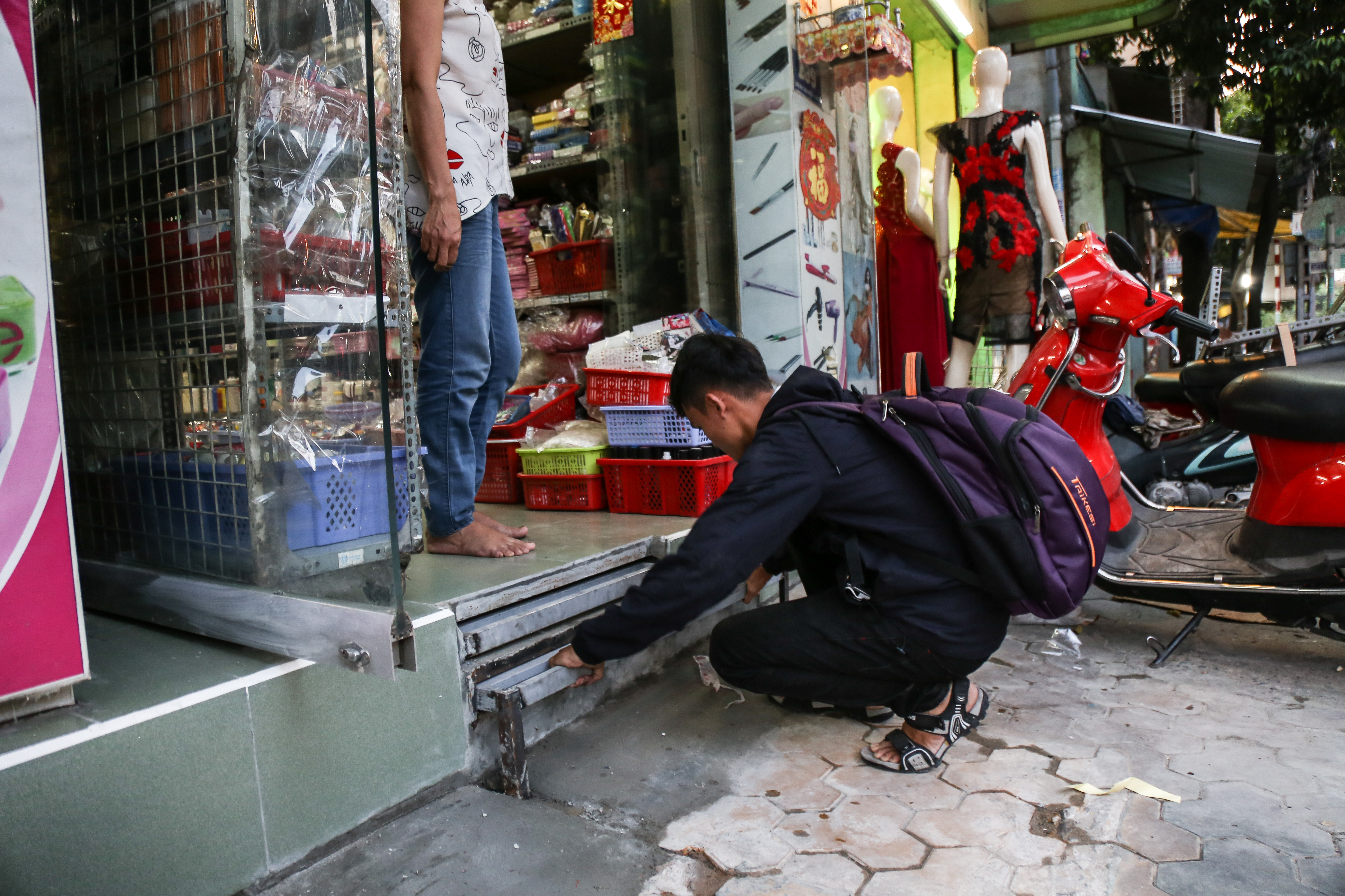 Cái khó ló cái khôn: Người Sài Gòn lắp bậc tam cấp di động như hộp tủ để không lấn chiếm vỉa hè - Ảnh 7.