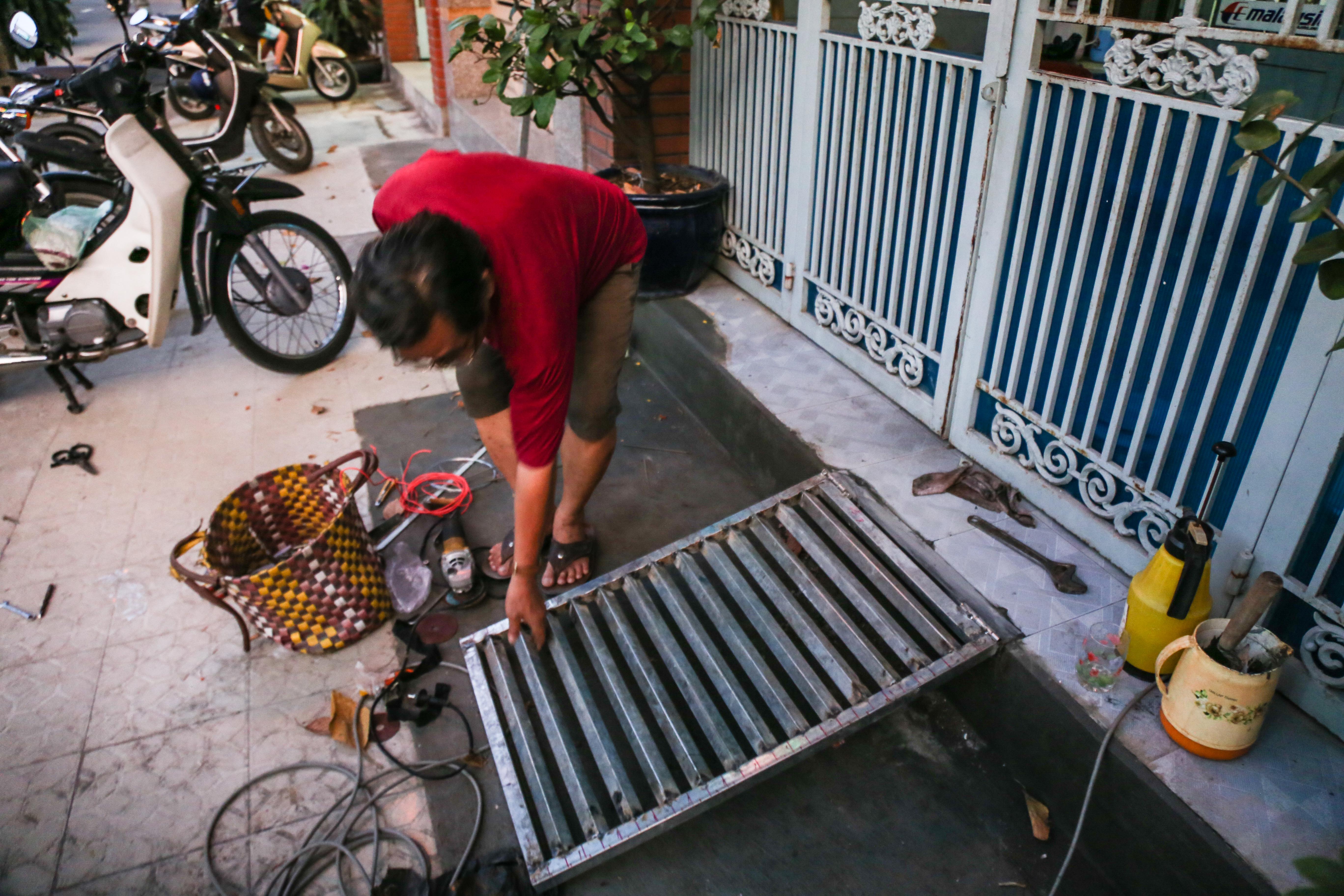 Cái khó ló cái khôn: Người Sài Gòn lắp bậc tam cấp di động như hộp tủ để không lấn chiếm vỉa hè - Ảnh 10.