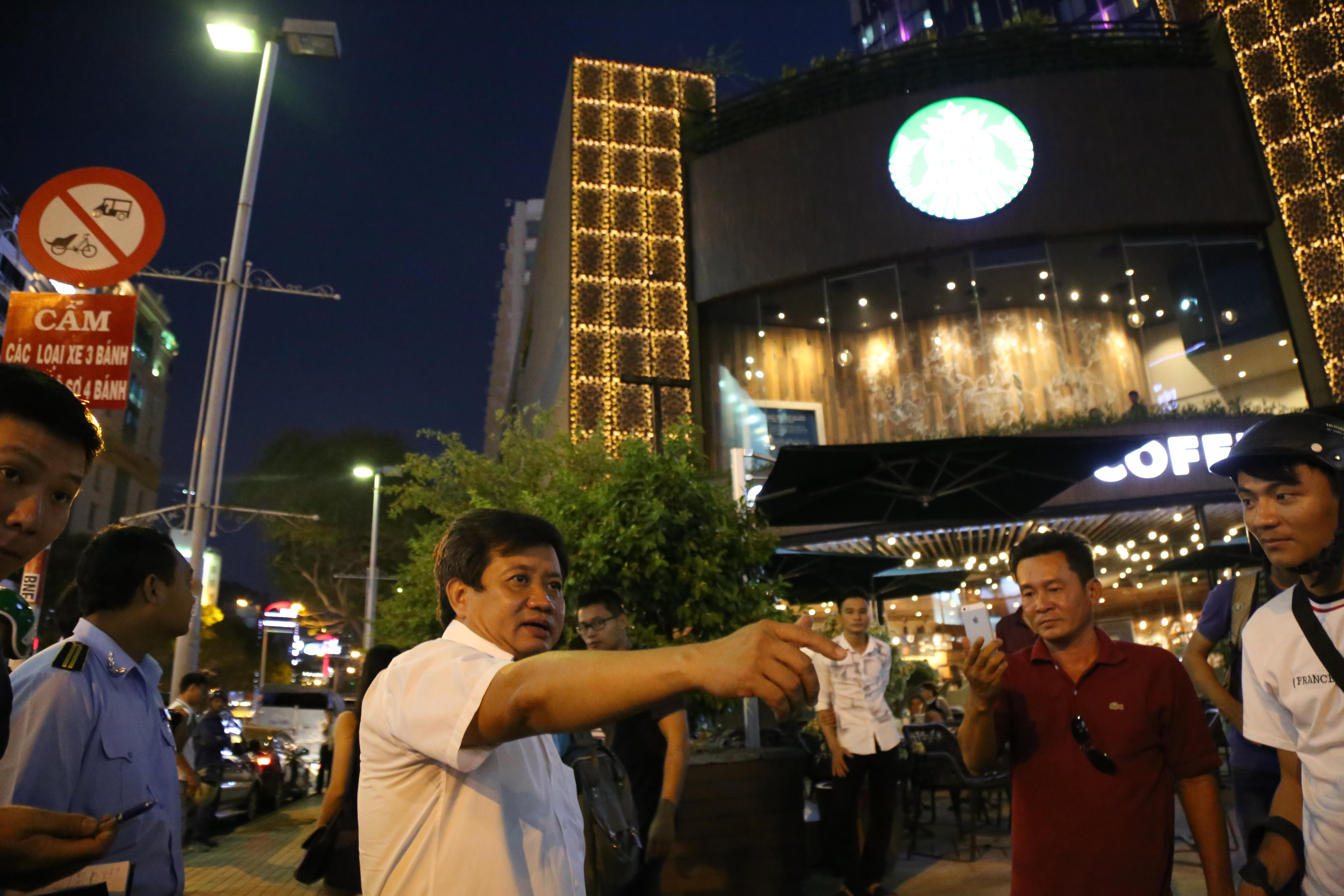 Quán café Starbucks ở ngã 6 Phù Đổng, Sài Gòn bị phá bỏ khu bồn hoa, bậc thềm vì lấn chiếm vỉa hè - Ảnh 2.