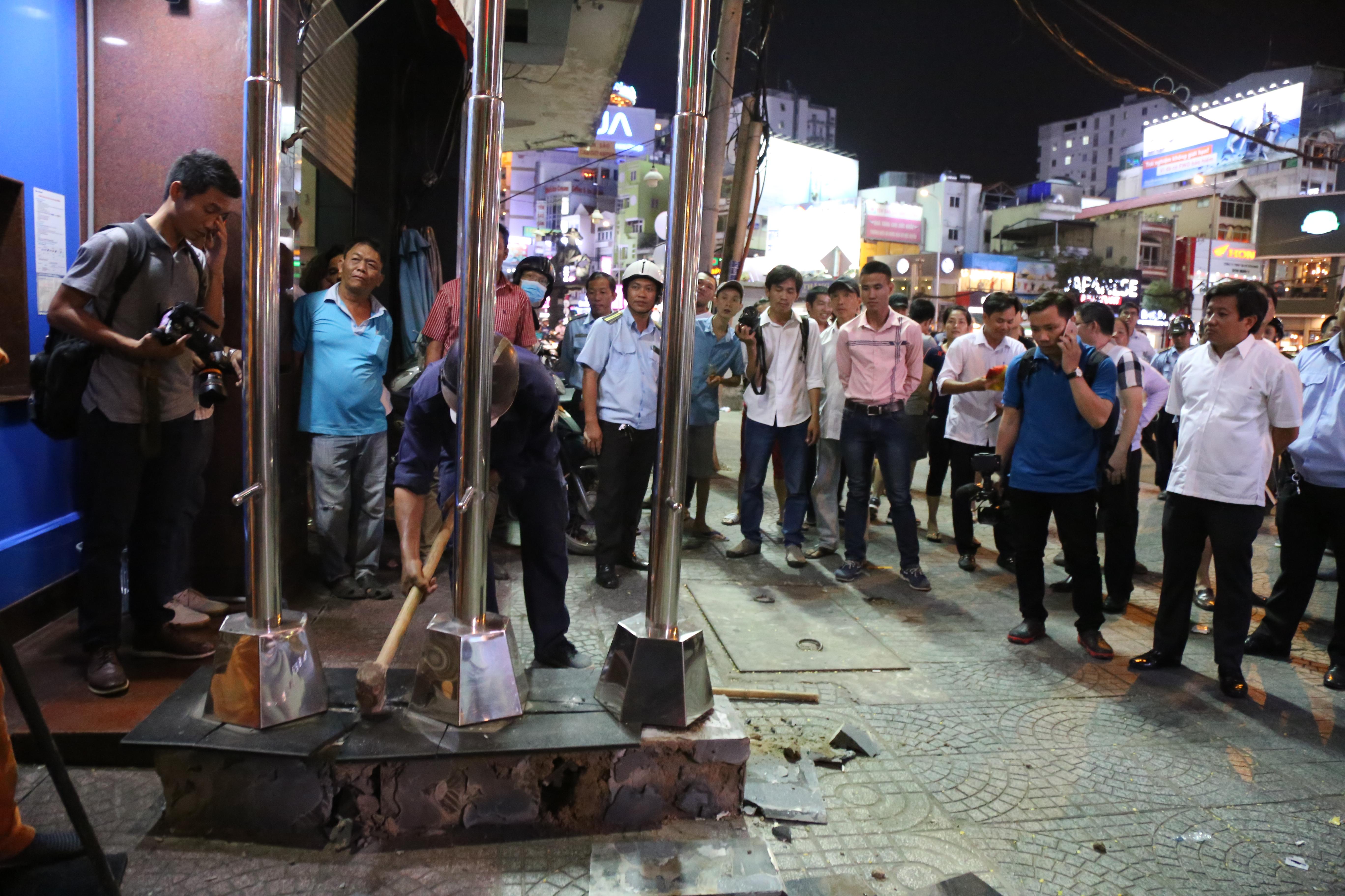 Quán café Starbucks ở ngã 6 Phù Đổng, Sài Gòn bị phá bỏ khu bồn hoa, bậc thềm vì lấn chiếm vỉa hè - Ảnh 7.