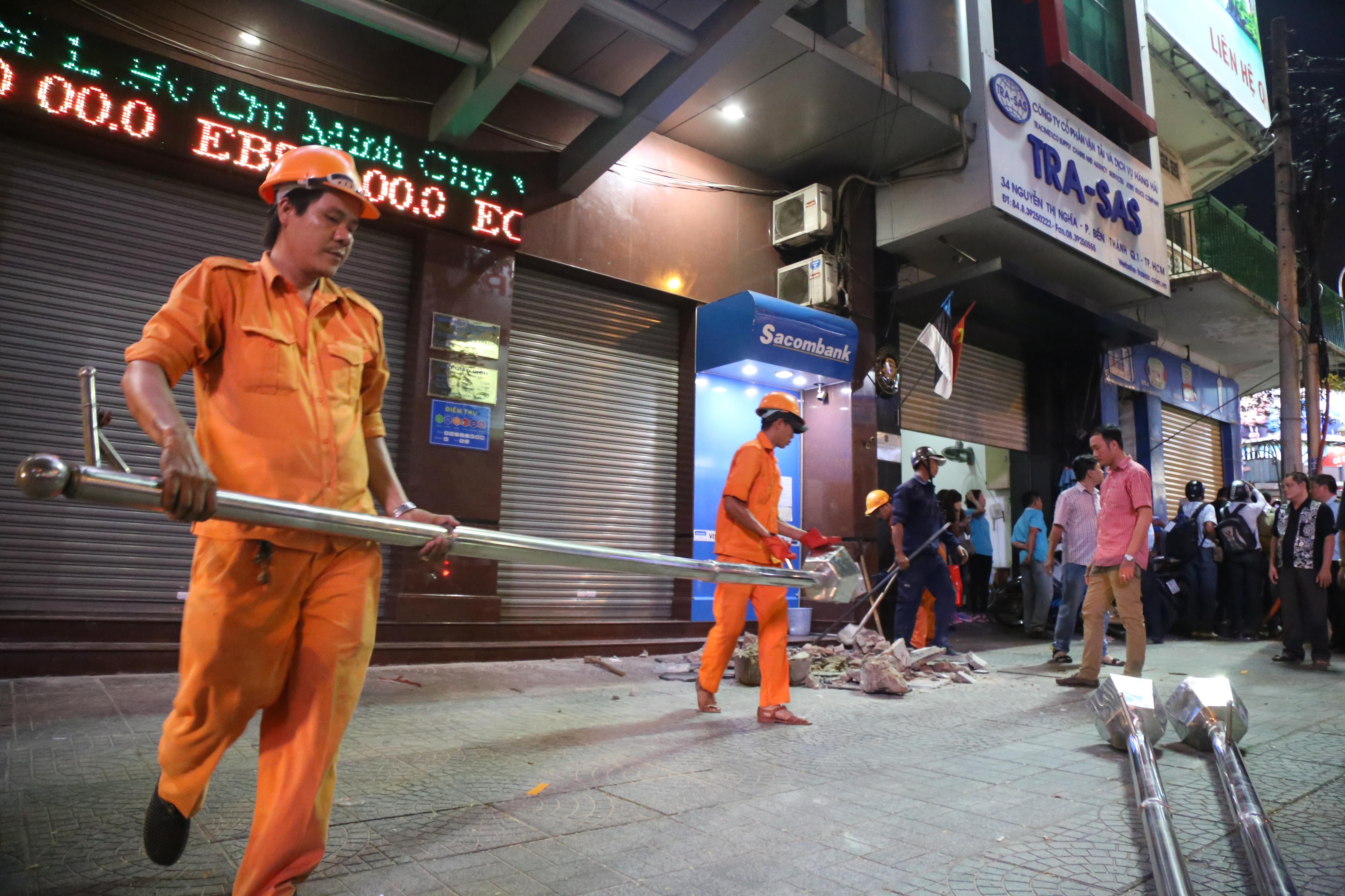 Quán café Starbucks ở ngã 6 Phù Đổng, Sài Gòn bị phá bỏ khu bồn hoa, bậc thềm vì lấn chiếm vỉa hè - Ảnh 6.