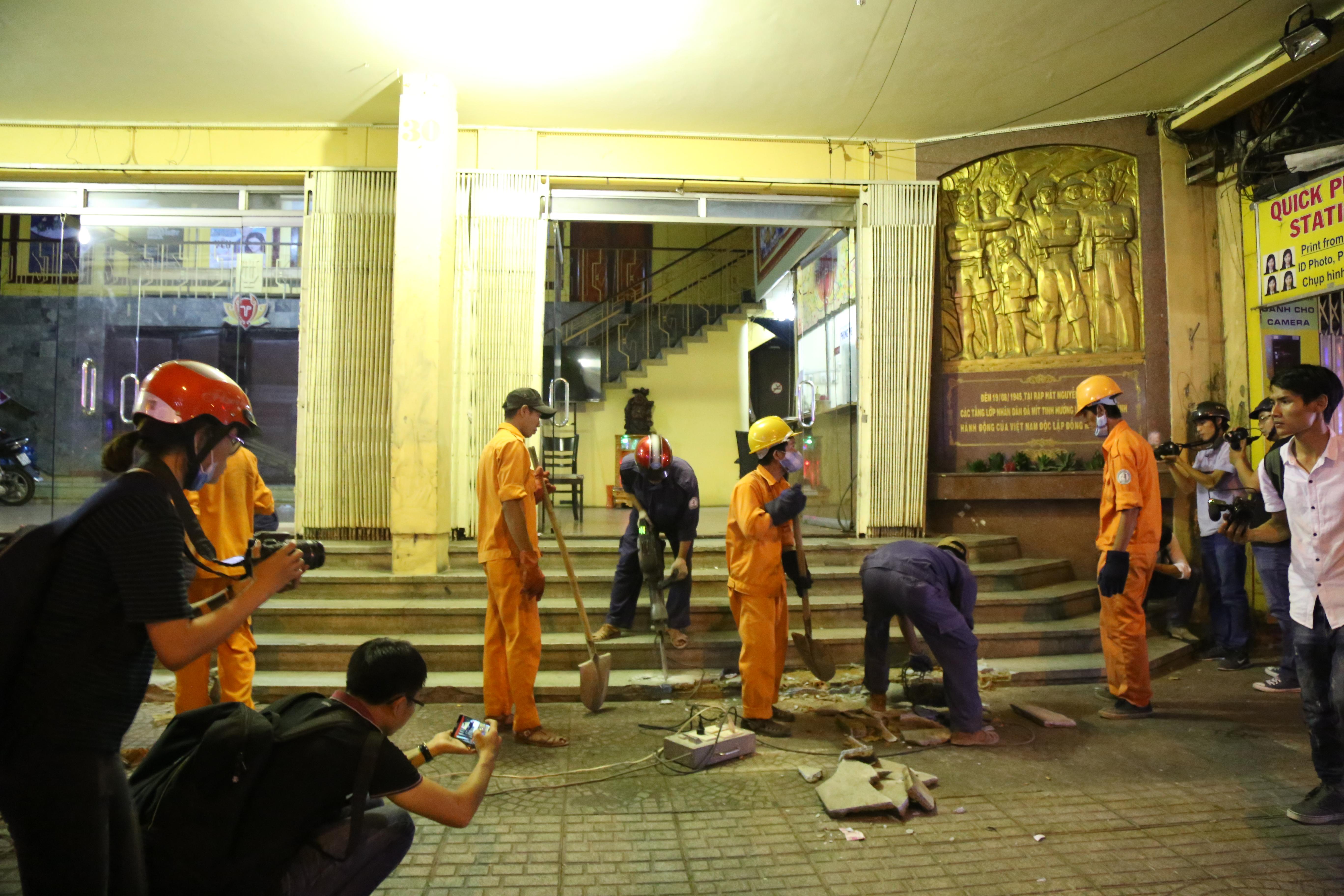 Quán café Starbucks ở ngã 6 Phù Đổng, Sài Gòn bị phá bỏ khu bồn hoa, bậc thềm vì lấn chiếm vỉa hè - Ảnh 5.