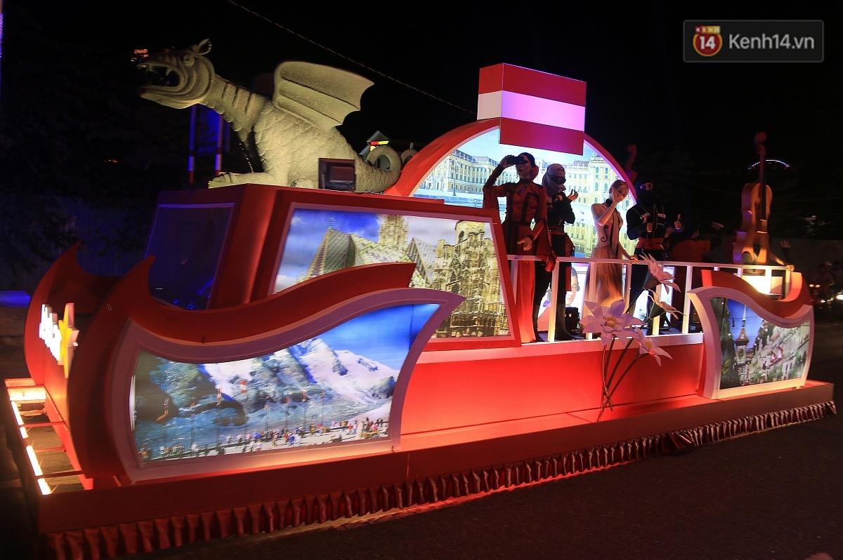 Hàng vạn người đổ ra đường hòa mình cùng lễ hội đường phố cực sôi động ở Đà Nẵng - Ảnh 7.