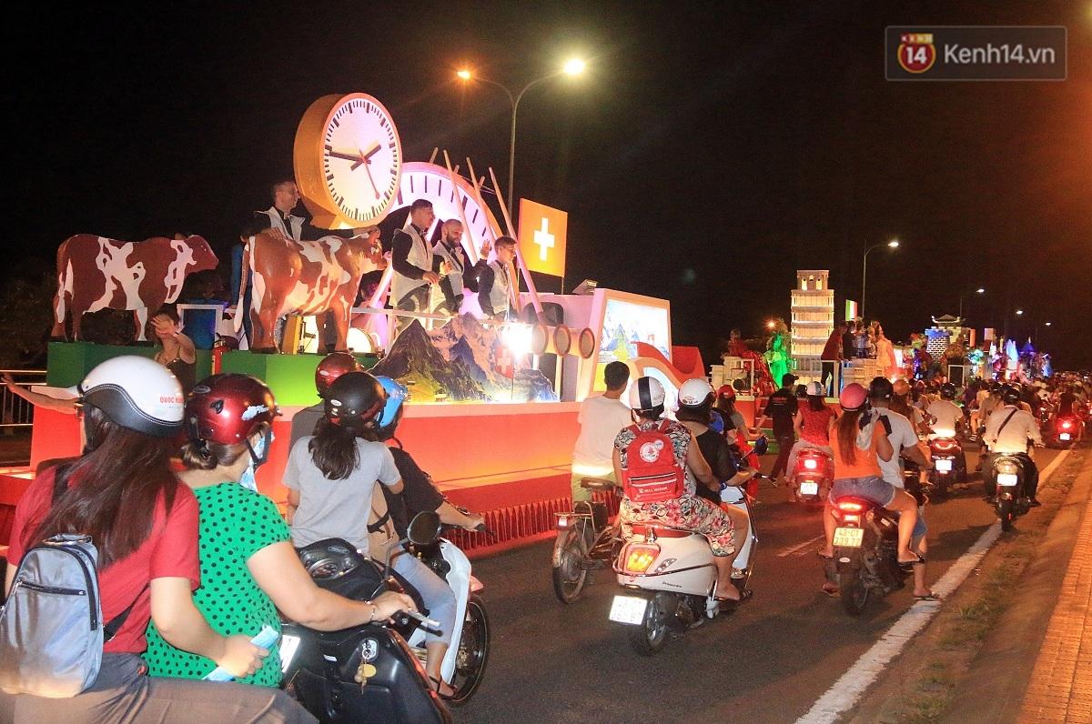 Hàng vạn người đổ ra đường hòa mình cùng lễ hội đường phố cực sôi động ở Đà Nẵng - Ảnh 18.