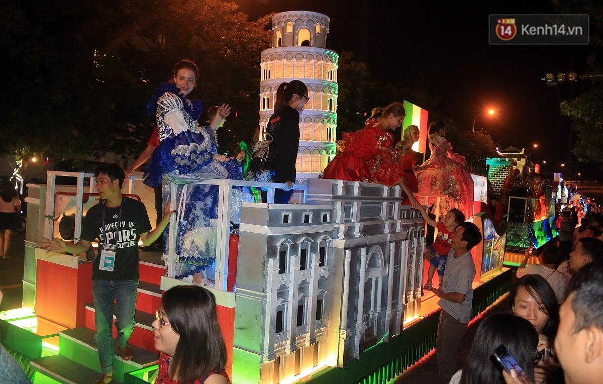 Hàng vạn người đổ ra đường hòa mình cùng lễ hội đường phố cực sôi động ở Đà Nẵng - Ảnh 13.