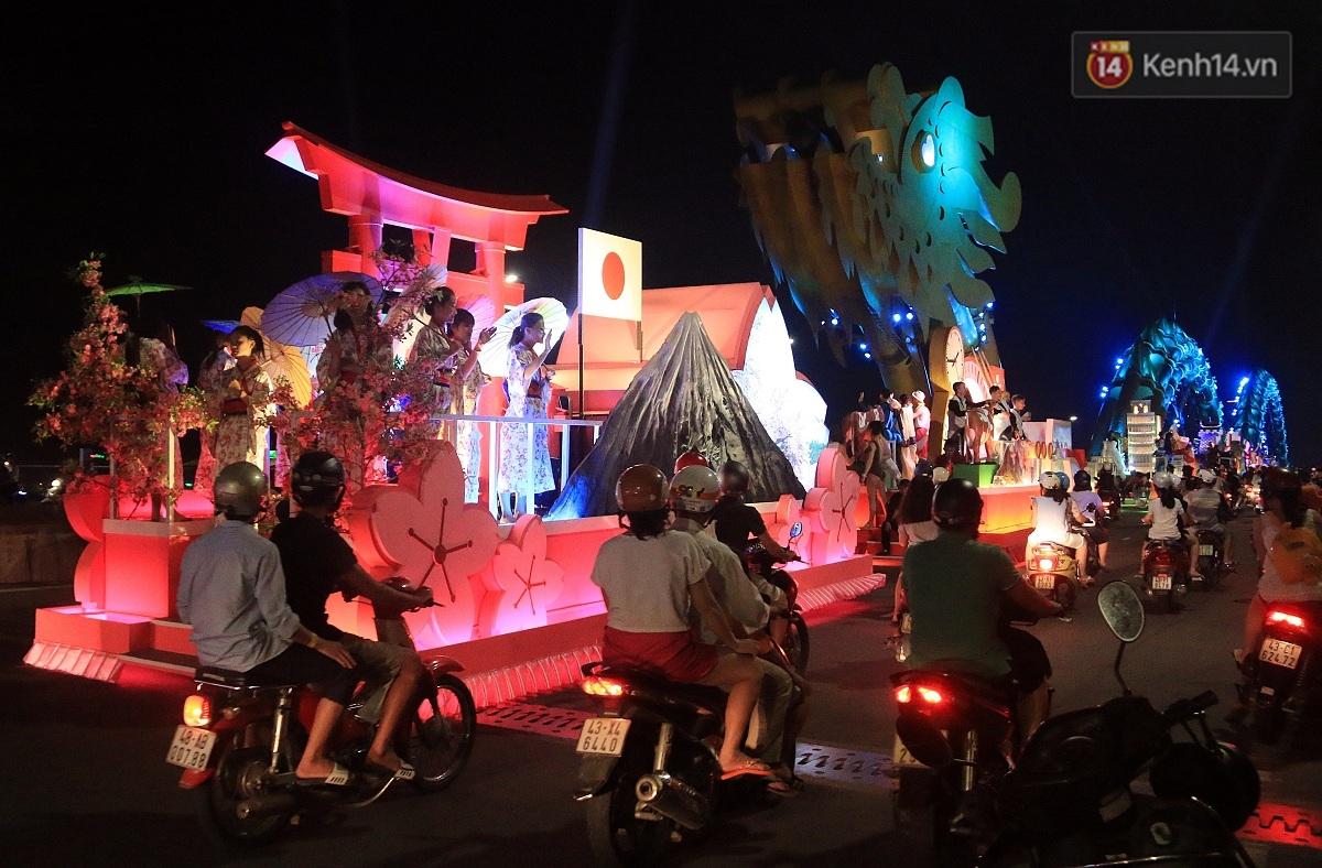 Hàng vạn người đổ ra đường hòa mình cùng lễ hội đường phố cực sôi động ở Đà Nẵng - Ảnh 10.