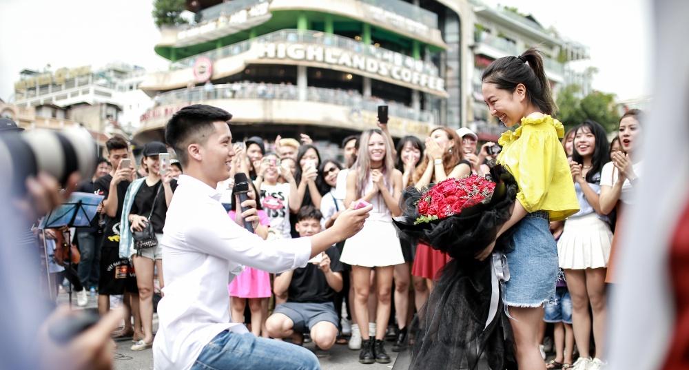 Sau 6 năm yêu nhau, chàng trai cầu hôn bạn gái ở phố đi bộ cùng sự giúp sức của hơn 70 nghệ sĩ khiến ai cũng xúc động! - Ảnh 13.