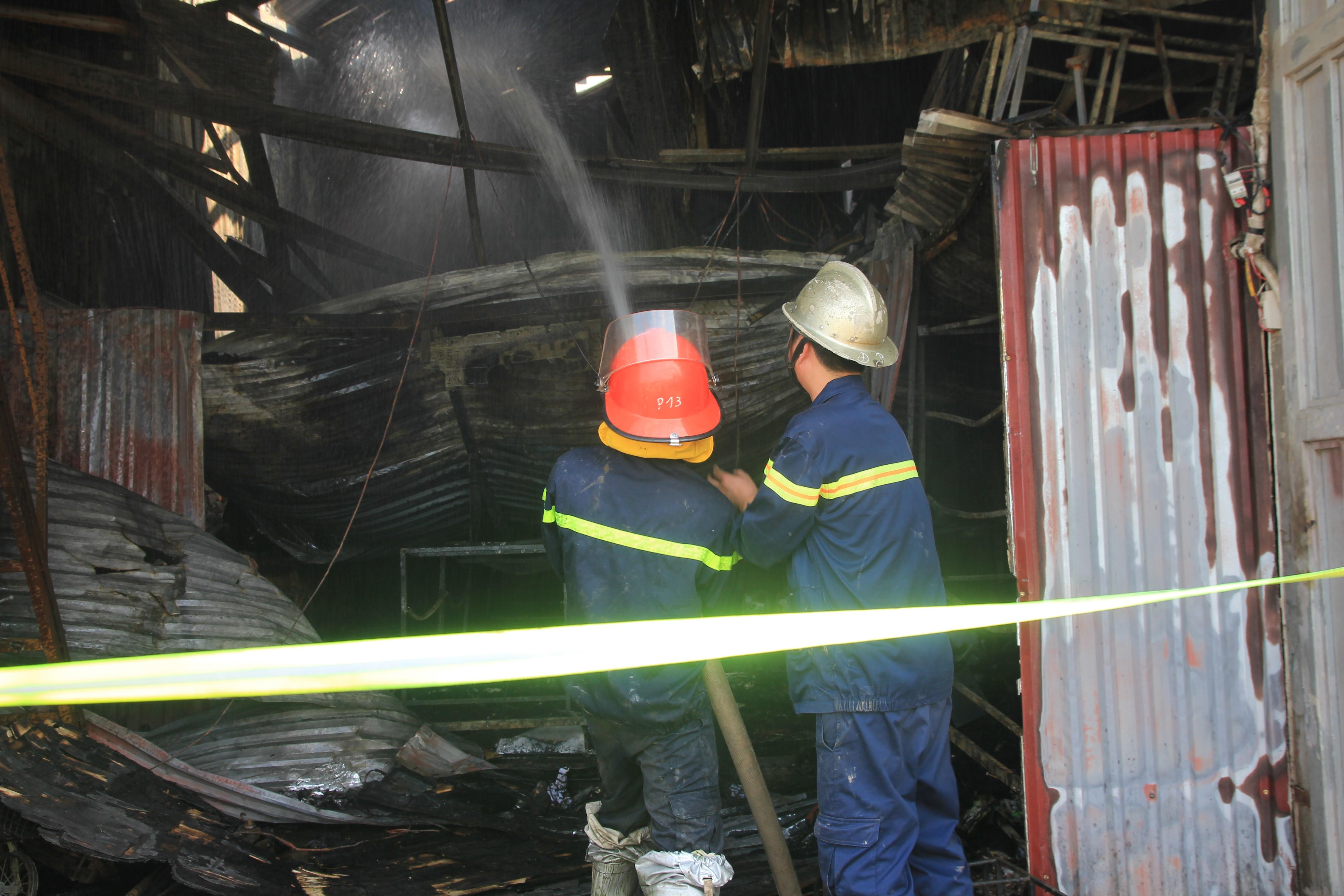 Chùm ảnh: Hiện trường bên trong xưởng sản xuất bánh kẹo nơi 8 công nhân bị mắc kẹt ôm nhau cháy đen - Ảnh 9.