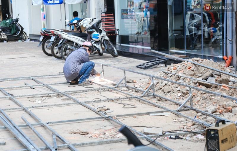 Chùm ảnh: Người dân lao động ở Sài Gòn vật lộn dưới nắng nóng oi bức để mưu sinh - Ảnh 9.