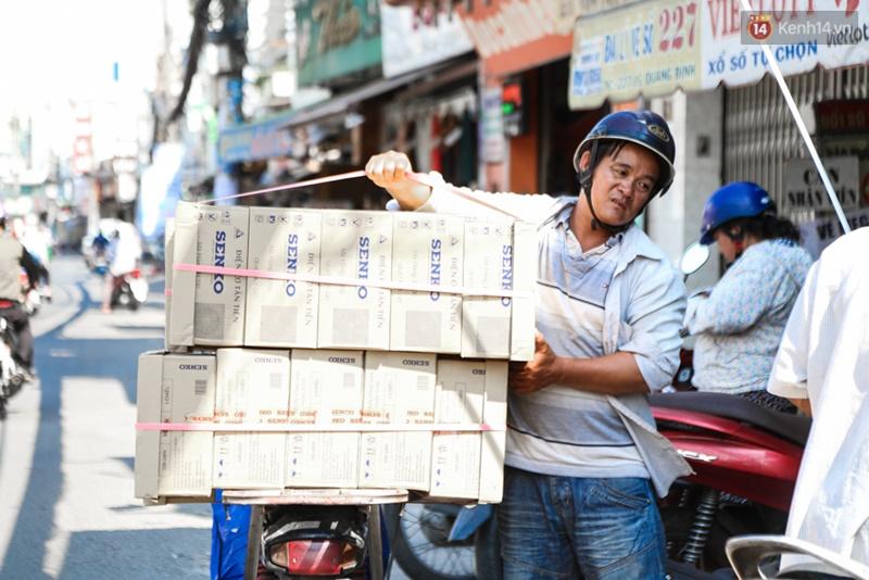 Chùm ảnh: Người dân lao động ở Sài Gòn vật lộn dưới nắng nóng oi bức để mưu sinh - Ảnh 11.
