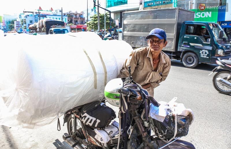 Chùm ảnh: Người dân lao động ở Sài Gòn vật lộn dưới nắng nóng oi bức để mưu sinh - Ảnh 15.