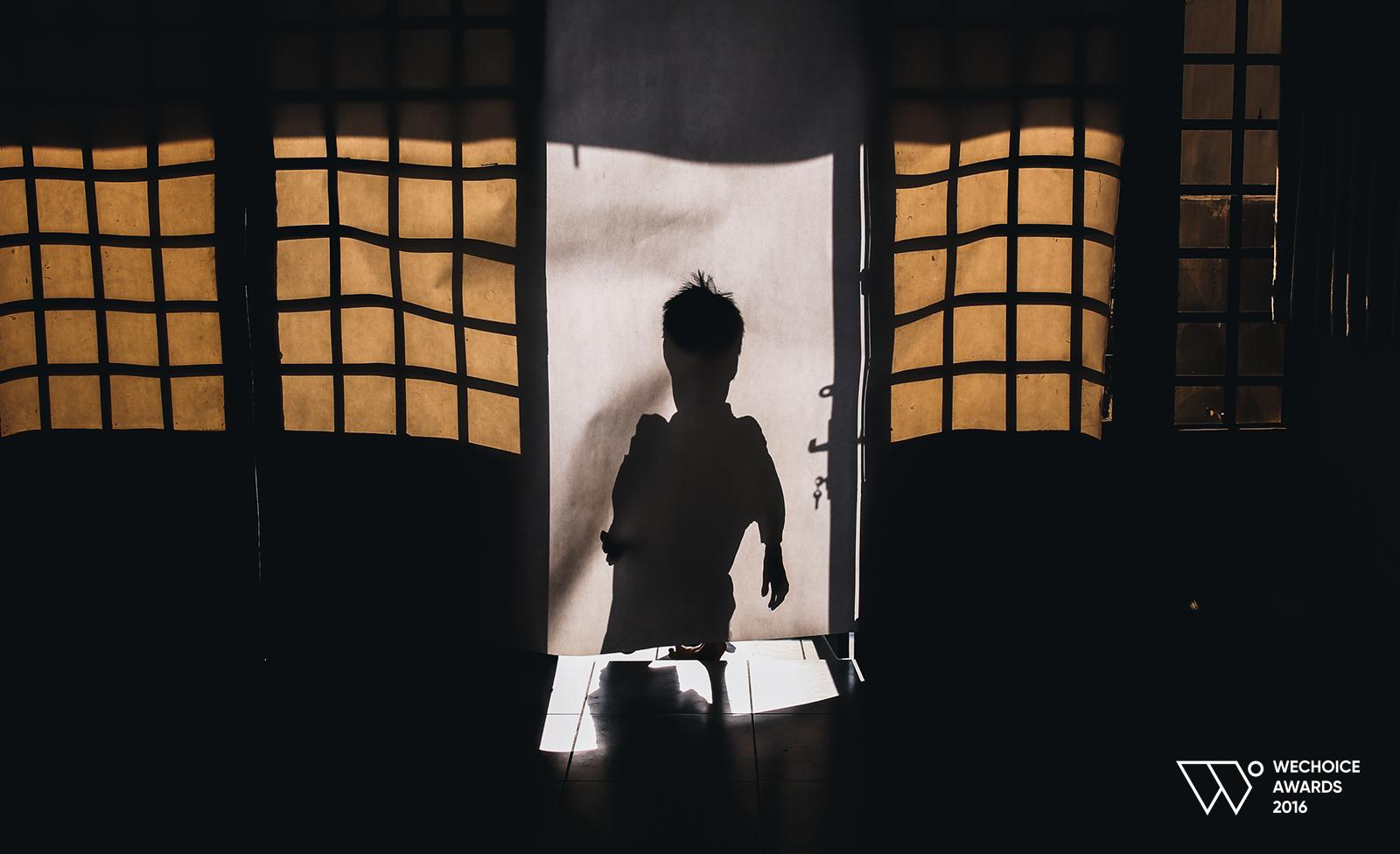 Lê Minh Châu - Từ cậu bé khuyết tật ở làng Hòa Bình đến họa sĩ vẽ tranh bằng miệng trong phim tài liệu tranh - Ảnh 10.