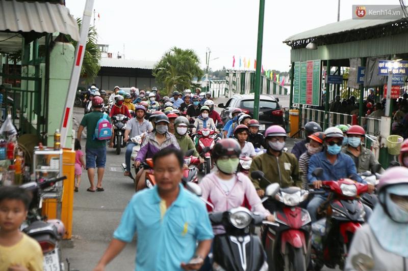 Kết thúc 4 ngày nghỉ lễ, người dân lỉnh kỉnh đồ đạc quay lại Hà Nội và Sài Gòn - Ảnh 22.