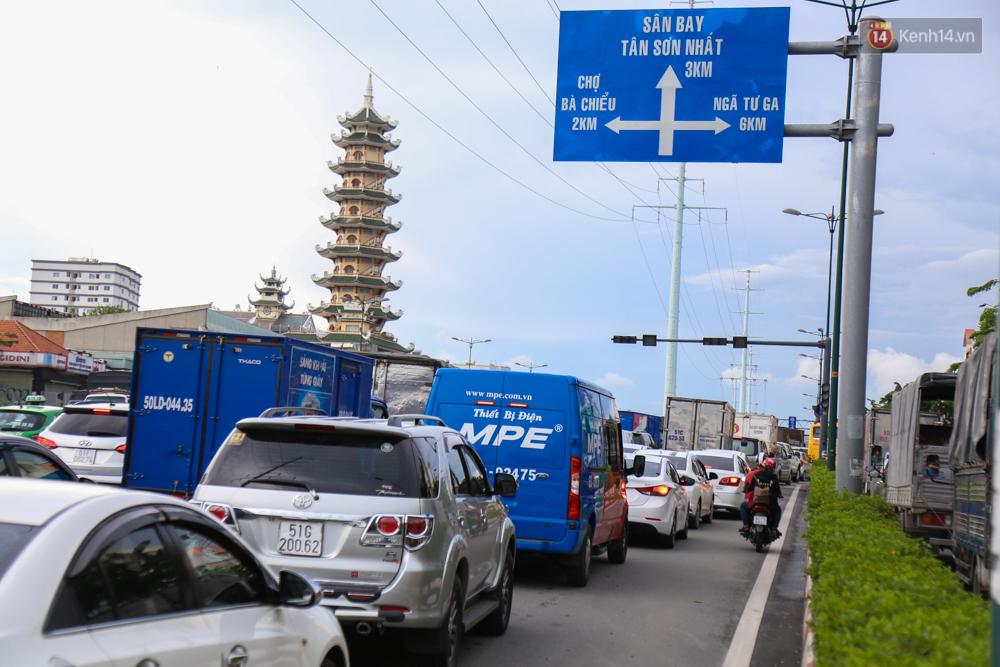 Kẹt xe kéo dài hơn 2km trên đại lộ Phạm Văn Đồng sau cơn mưa lớn ở Sài Gòn - Ảnh 3.