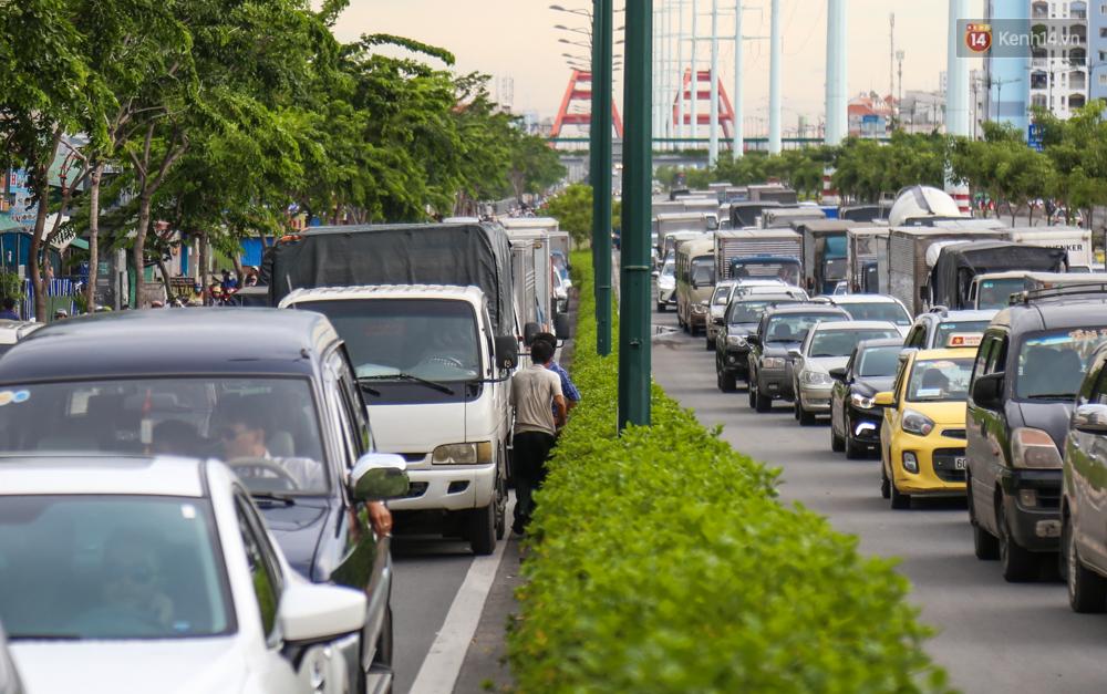 Kẹt xe kéo dài hơn 2km trên đại lộ Phạm Văn Đồng sau cơn mưa lớn ở Sài Gòn - Ảnh 6.