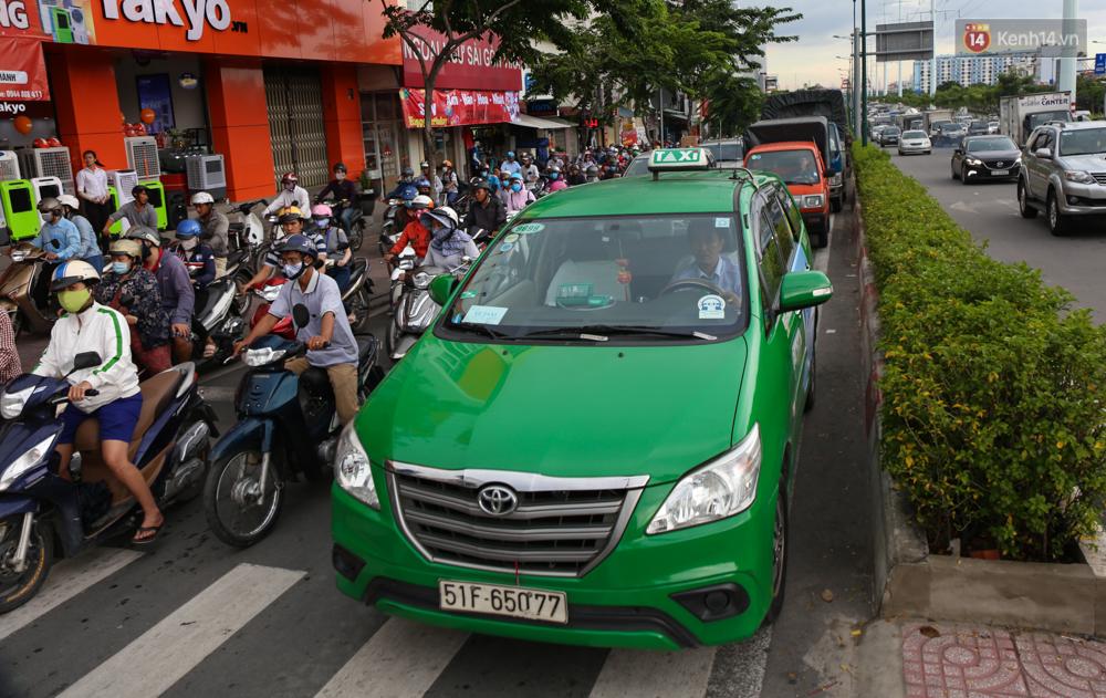 Kẹt xe kéo dài hơn 2km trên đại lộ Phạm Văn Đồng sau cơn mưa lớn ở Sài Gòn - Ảnh 11.