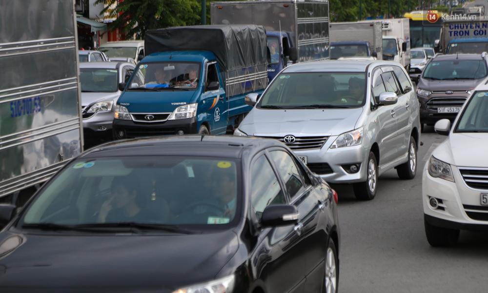 Kẹt xe kéo dài hơn 2km trên đại lộ Phạm Văn Đồng sau cơn mưa lớn ở Sài Gòn - Ảnh 16.