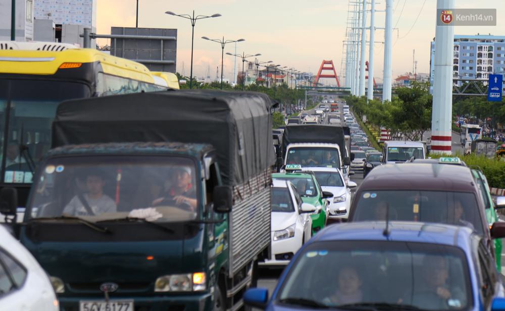 Kẹt xe kéo dài hơn 2km trên đại lộ Phạm Văn Đồng sau cơn mưa lớn ở Sài Gòn - Ảnh 17.