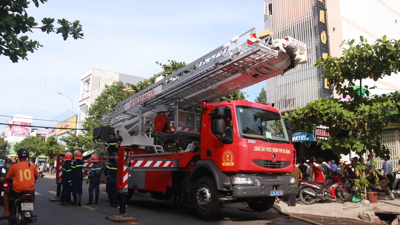 Cháy lớn tại quán Karaoke ở Đà Nẵng, hàng trăm cảnh sát tham gia dập lửa - Ảnh 2.