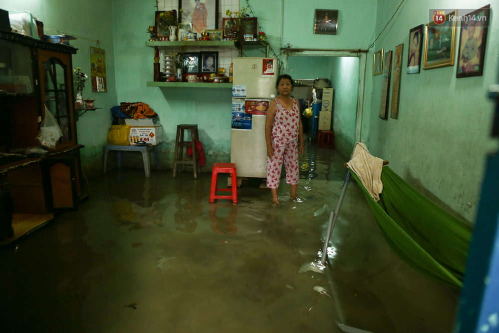 Thời tiết Sài Gòn mưa lớn, nhiều nhà dân trên đại lộ Phạm Văn Đồng ngập úng- Ảnh 6.
