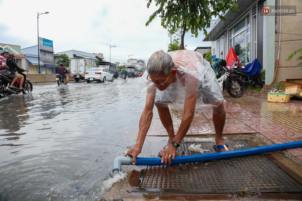 Thời tiết Sài Gòn mưa lớn, nhiều nhà dân trên đại lộ Phạm Văn Đồng ngập úng - Ảnh 4.