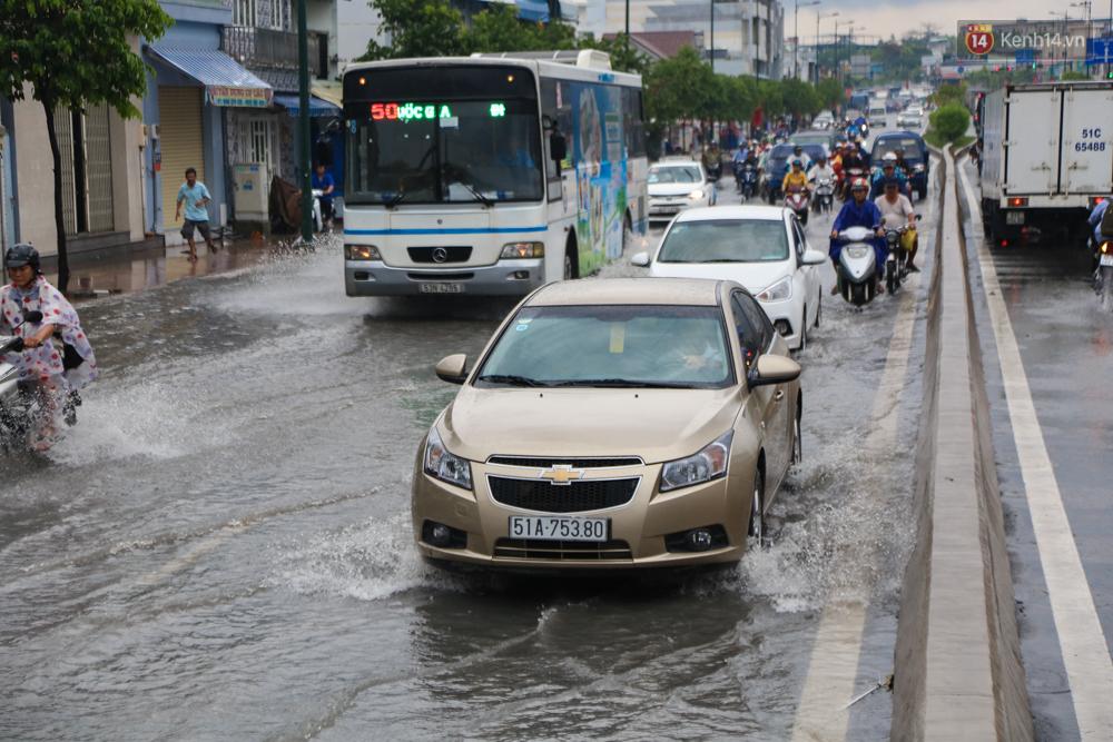 Thời tiết Sài Gòn mưa lớn, nhiều nhà dân trên đại lộ Phạm Văn Đồng ngập úng- Ảnh 2.