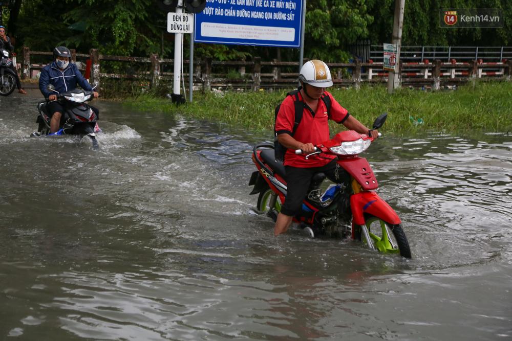 Thời tiết Sài Gòn mưa lớn, nhiều nhà dân trên đại lộ Phạm Văn Đồng ngập úng- Ảnh 9.
