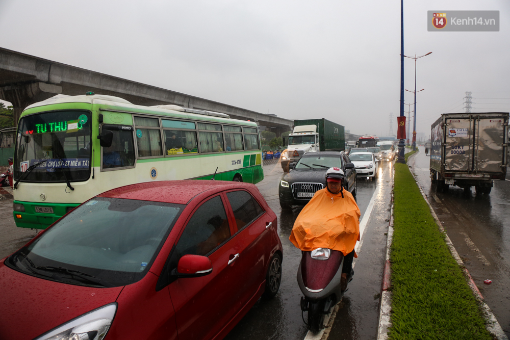 Mưa lớn gây ngập nặng trên Xa Lộ Hà Nội, giao thông ùn ứ nghiêm trọng - Ảnh 4.