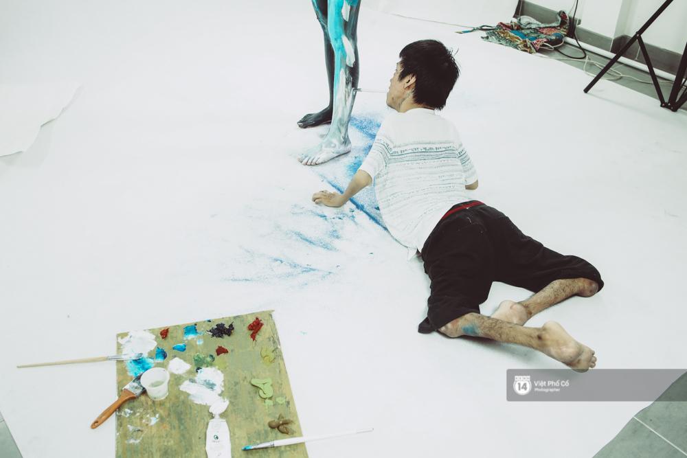 Hãy xem cách hoạ sĩ khuyết tật Lê Minh Châu vẽ body painting bằng miệng, bạn sẽ thấy không gì là không thể! - Ảnh 6.